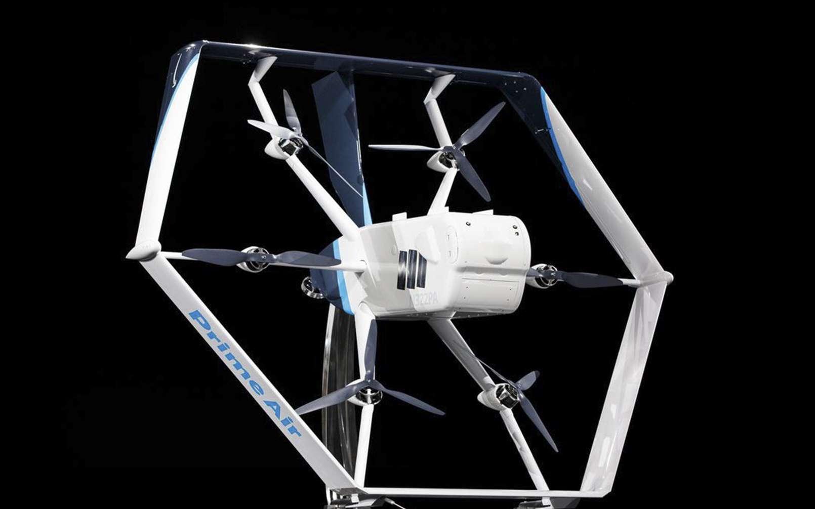 Équipé de six rotors et une fois incliné, le drone d'Amazon évolue tel un avion pour livrer des colis de moins de 2,3 kg. Il pourrait aussi effectuer des missions de surveillance des habitations. © Amazon