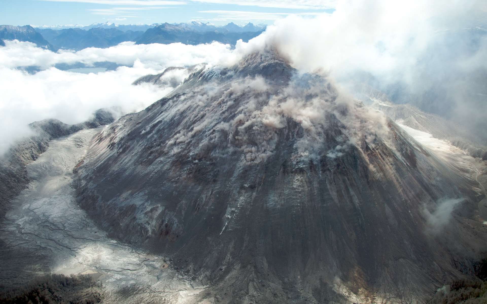 Vue du volcan Chaitén en éruption, en 2009, au Sud du Chili, avec son dôme de lave rhyolitique. © CC by-sa 2.0