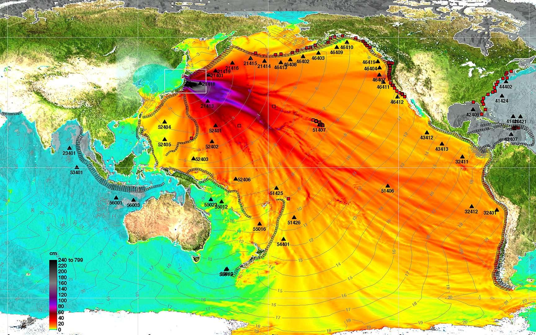 Aéroport de Sendai. Le séisme d'une magnitude de 9 qui s'est produit le 11 mars 2011 a provoqué un tsunami de 10 mètres de hauteur, qui s'est abattu sur les côtes au niveau de l'aéroport de la ville, en emportant tout ou presque sur son passage. © Google, Digital Globe, Geo Eye