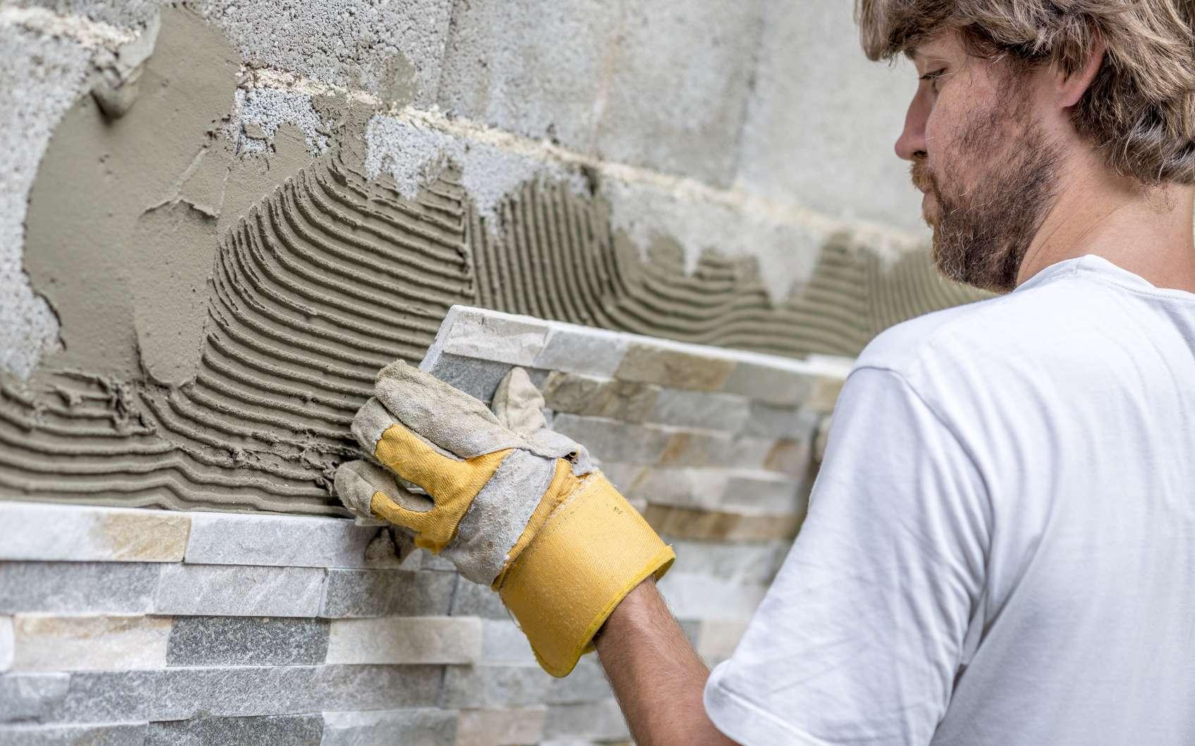 Le parement en pierre est un élément de décoration, facile à poser, mais attention, le support doit être parfaitement plane. © Gajus, Fotolia