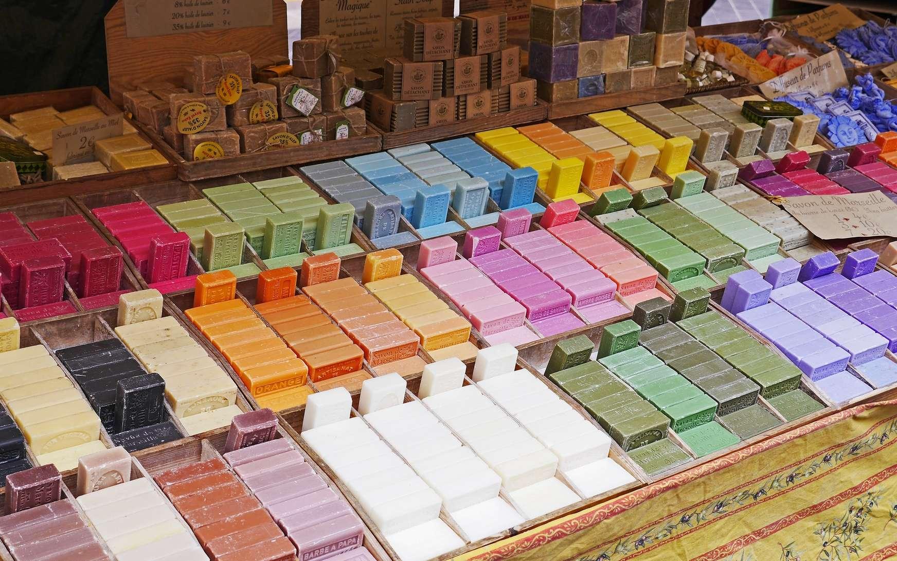 La saponification, ou hydrolyse basique des esters en présence de soude, produit des savons. © PxHere