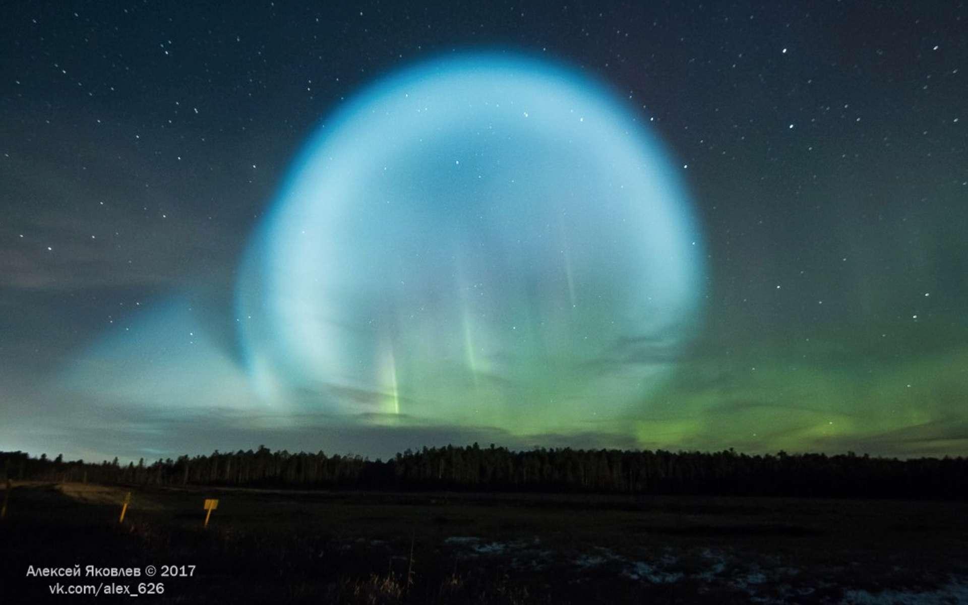 L'étrange bulle bleue qui s'est étendue le 26 octobre dans le ciel de Sibérie. © Alexey Yakolov, The Siberian Times