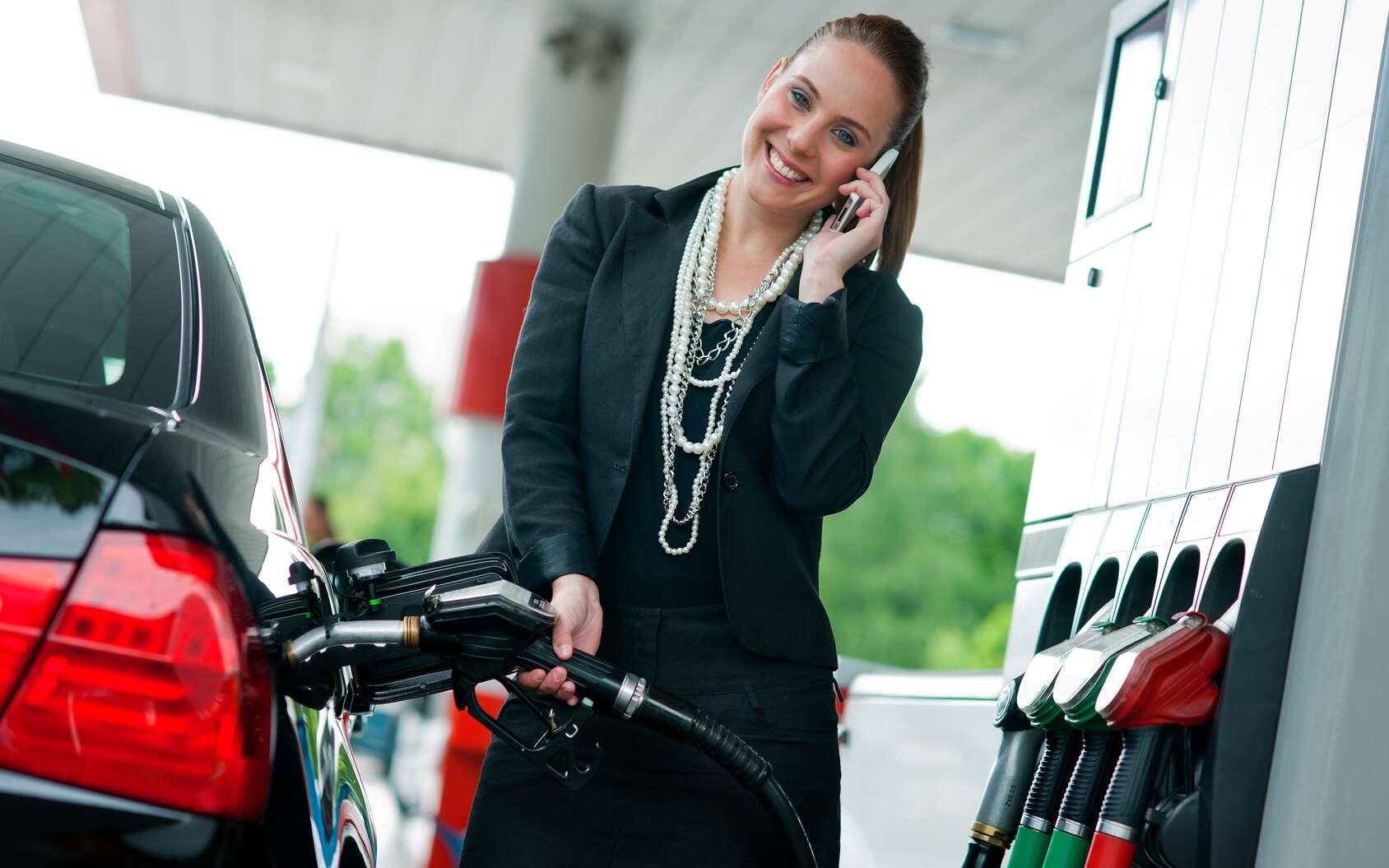 Dans les stations-services, l'usage du téléphone portable est déconseillé et il est interdit de fumer. © bertys30, fotolia