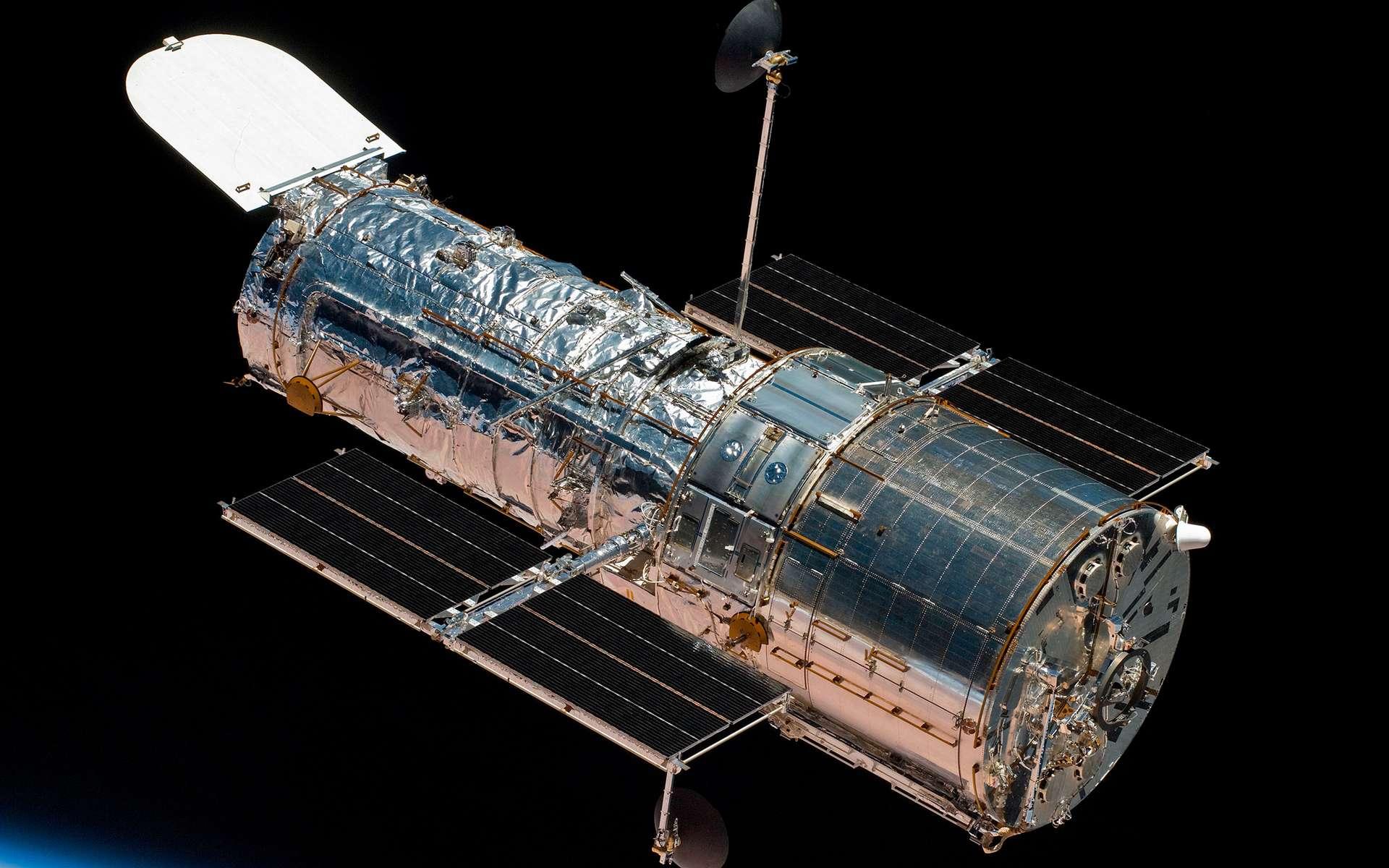 Le télescope spatial Hubble lors de la quatrième et dernière mission de service (mai 2009). © Nasa