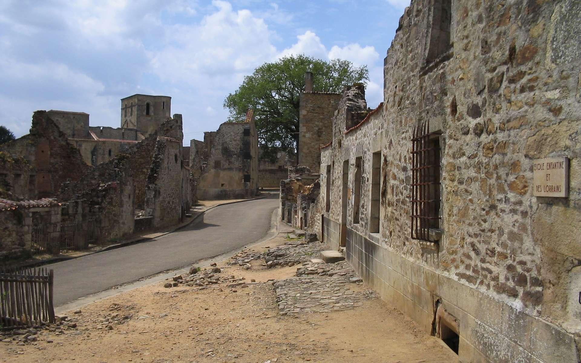 Le massacre d'Oradour-sur-Glane fit 642 victimes. Sur la droite, l'école primaire © Dennis Nilsson, Wikimedia Commons, domaine public