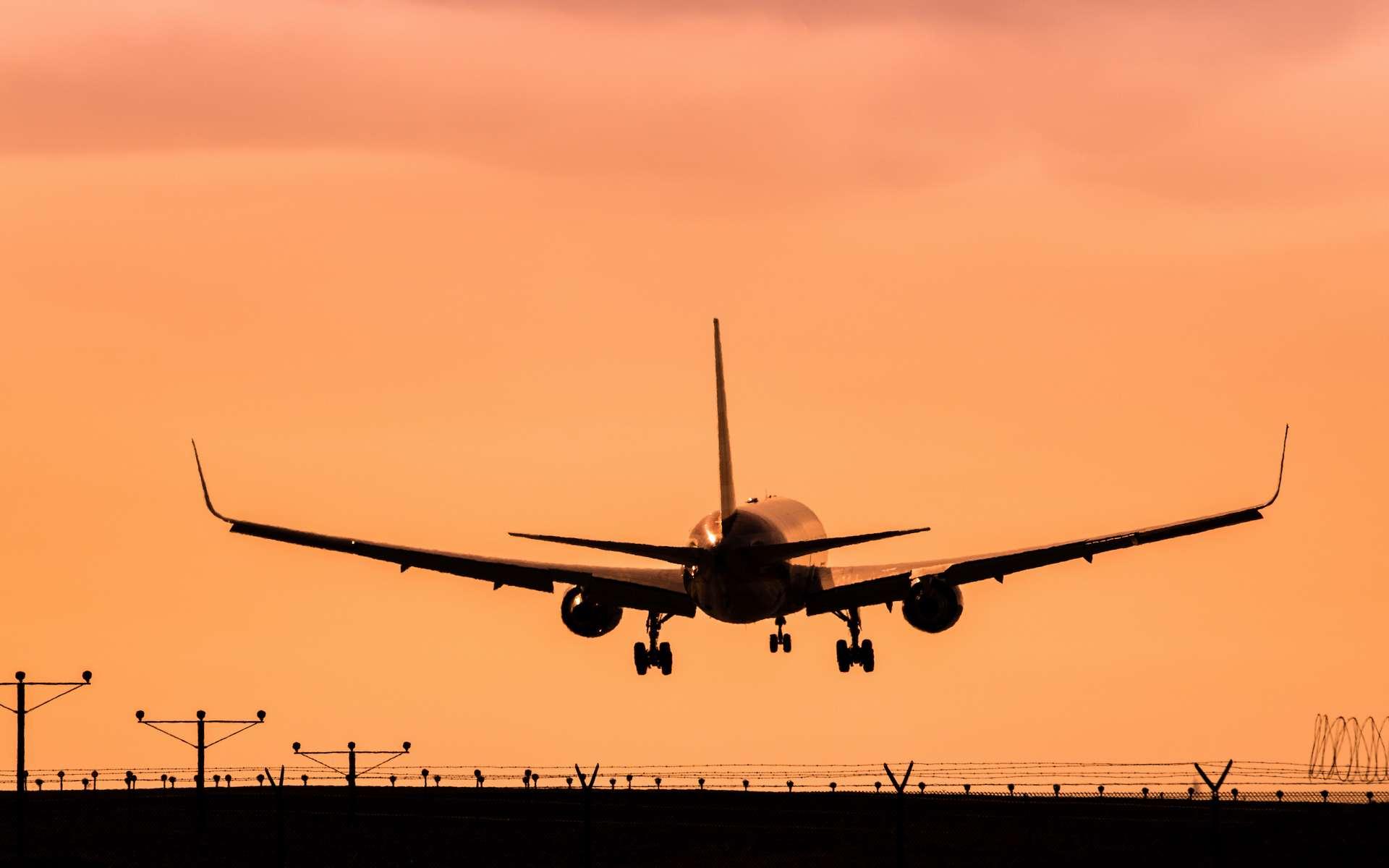Les répercussions de l'avion sur la qualité de l'air sont de 1,7 à 4,4 fois plus élevées que les répercussions climatiques par unité de carburant consommée. © Brian Weed, Adobe Stock