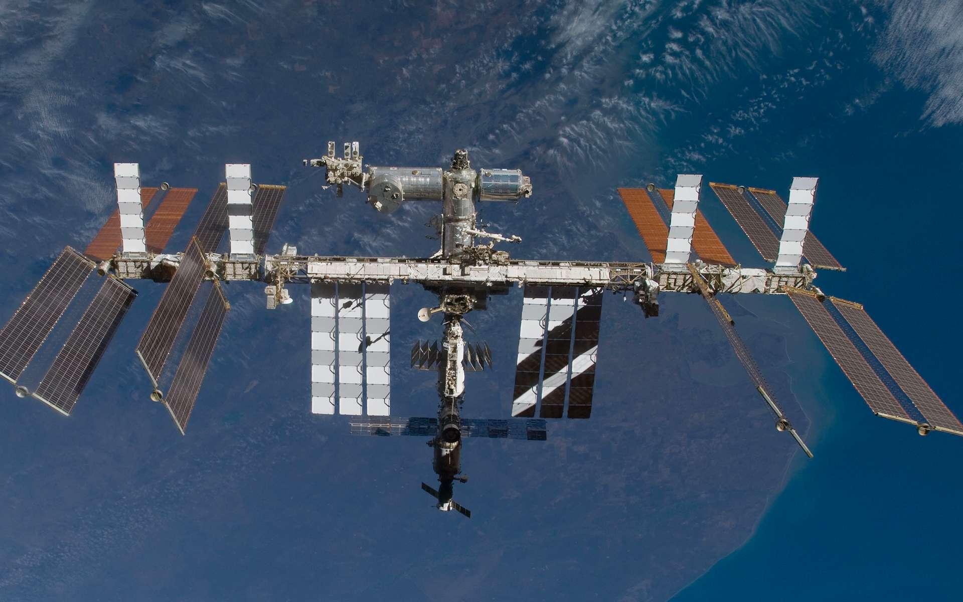 La Station spatiale internationale vue depuis la navette Atlantis en novembre 2009 (STS-129). Au-dessus de la grande poutre centrale (qui supporte notamment les panneaux solaires et ceux dissipateurs de chaleur), on peut voir les modules de la partie occidentale et nippone du complexe orbital. Le module européen Columbus est clairement visible avec sa couleur bleutée. © Nasa