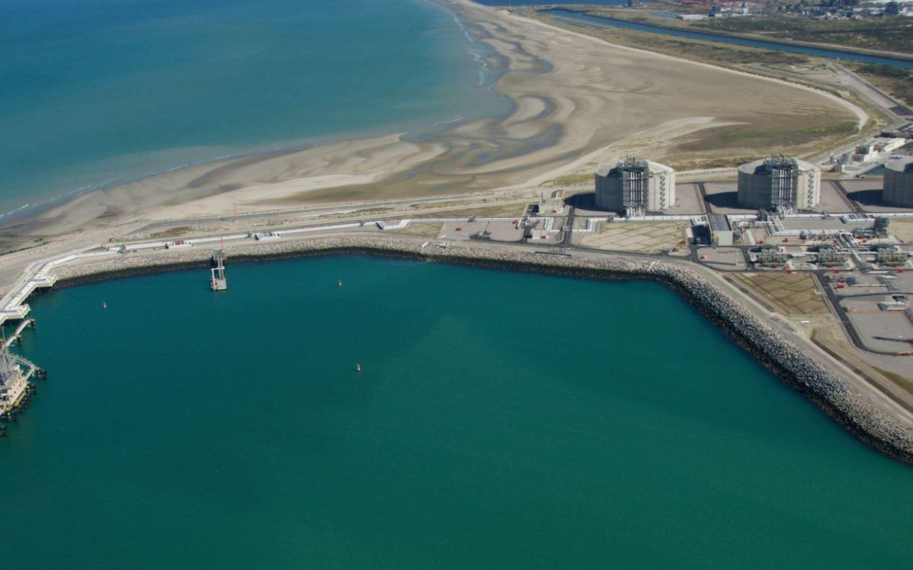 La ville de Dunkerque accueille un terminal méthanier. Le gaz liquide est reçu par bateau puis réchauffé grâce à un tunnel pour être ensuite distribué. © EDF