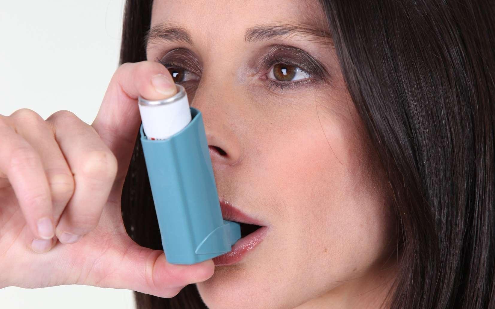 Les asthmatiques inhalent des bronchodilatateurs en cas de crise. © Phovoir