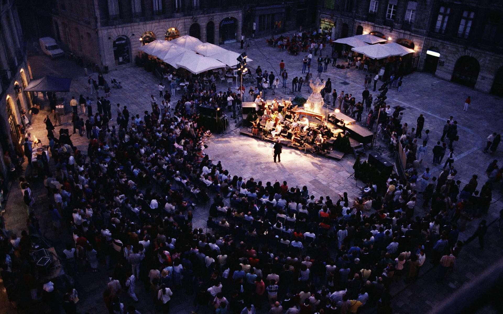 Les bourdonnements d'oreille persistent plus de 12 heures après un concert ? Consultez un médecin. © Phovoir