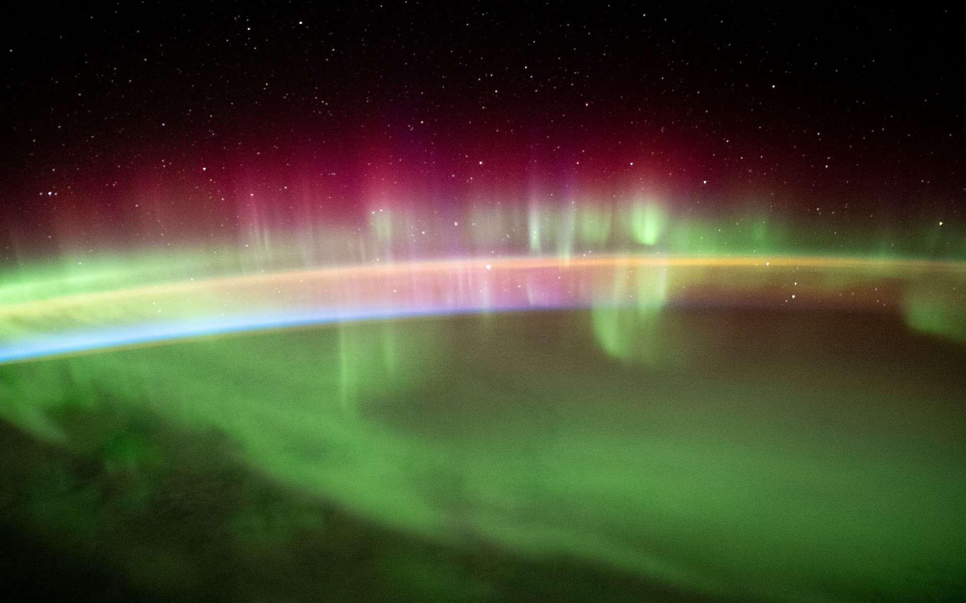 Des chercheurs de l'université de Nagoya (Japon) ont établi un lien entre le phénomène qui se cache derrière certaines aurores polaires et la destruction de la couche d'ozone mésosphérique. Photo : aurore australe photographiée de la Station spatiale internationale en août 2021. © Nasa