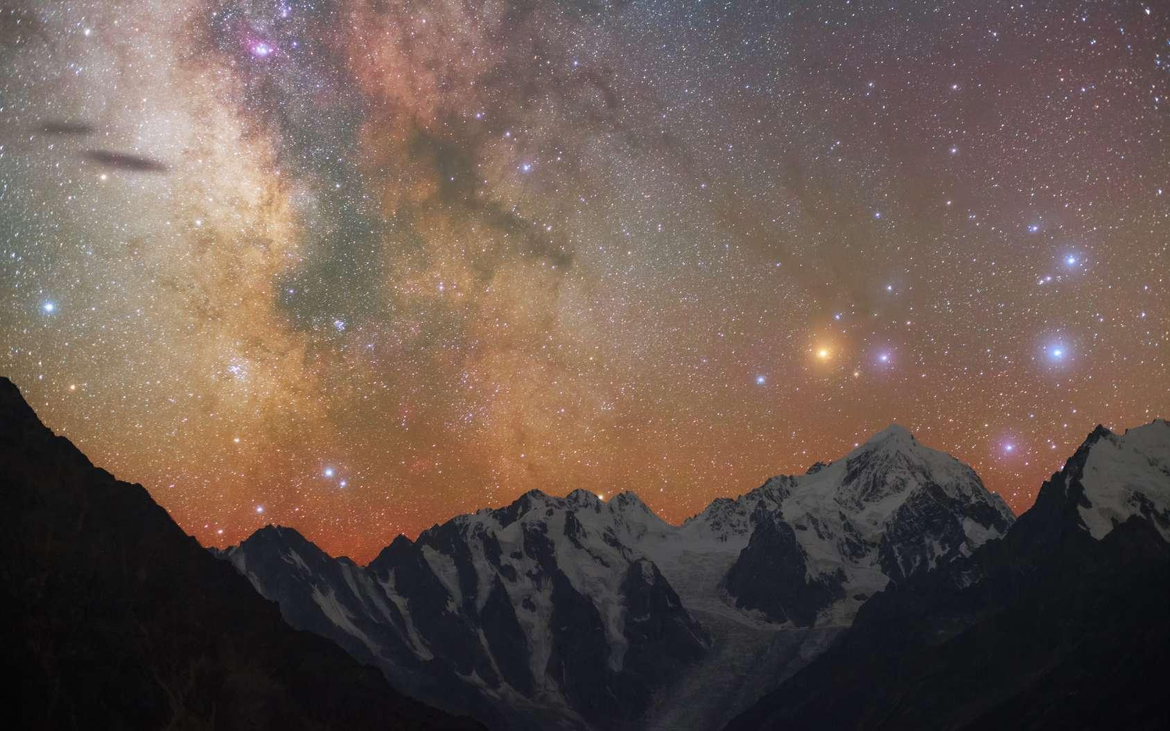 Au-dessus des montagnes, on reconnaît la constellation du Scorpion, visible l'été en direction du sud. L'étoile rouge-orangé est Antarès. À sa droite, on peut distinguer les étoiles qui forment ses pinces. À l'opposé, à gauche, les deux étoiles blotties devant la Voie lactée représentent le dard du Scorpion. © passmil198216, Fotolia