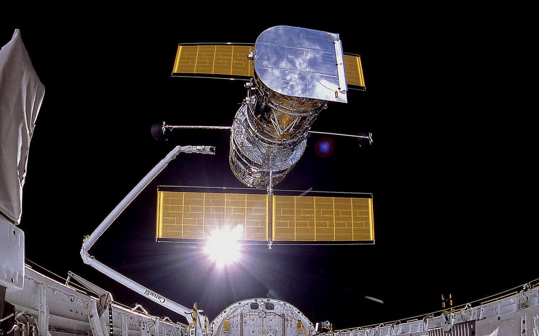 Le télescope Hubble déployé par la navette spatiale. © Nasa