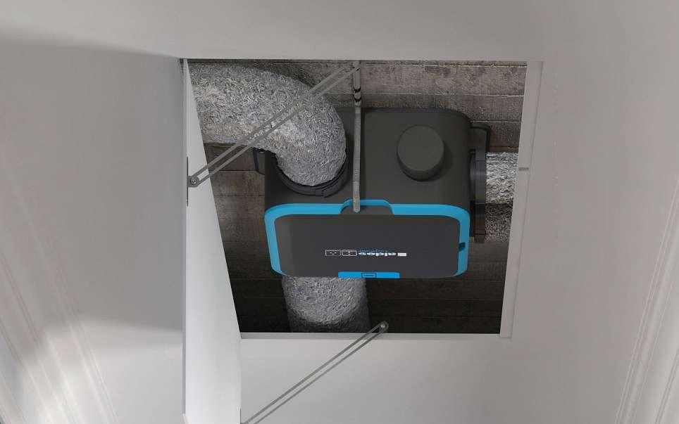 Discrètement installée dans des combles perdus ou dans un faux plafond, le caisson d'une VMC simple flux, assure l'indispensable renouvellement de l'air intérieur. Selon les besoins, ce type de VMC peut être autoréglable ou hygroréglable. © Aldès
