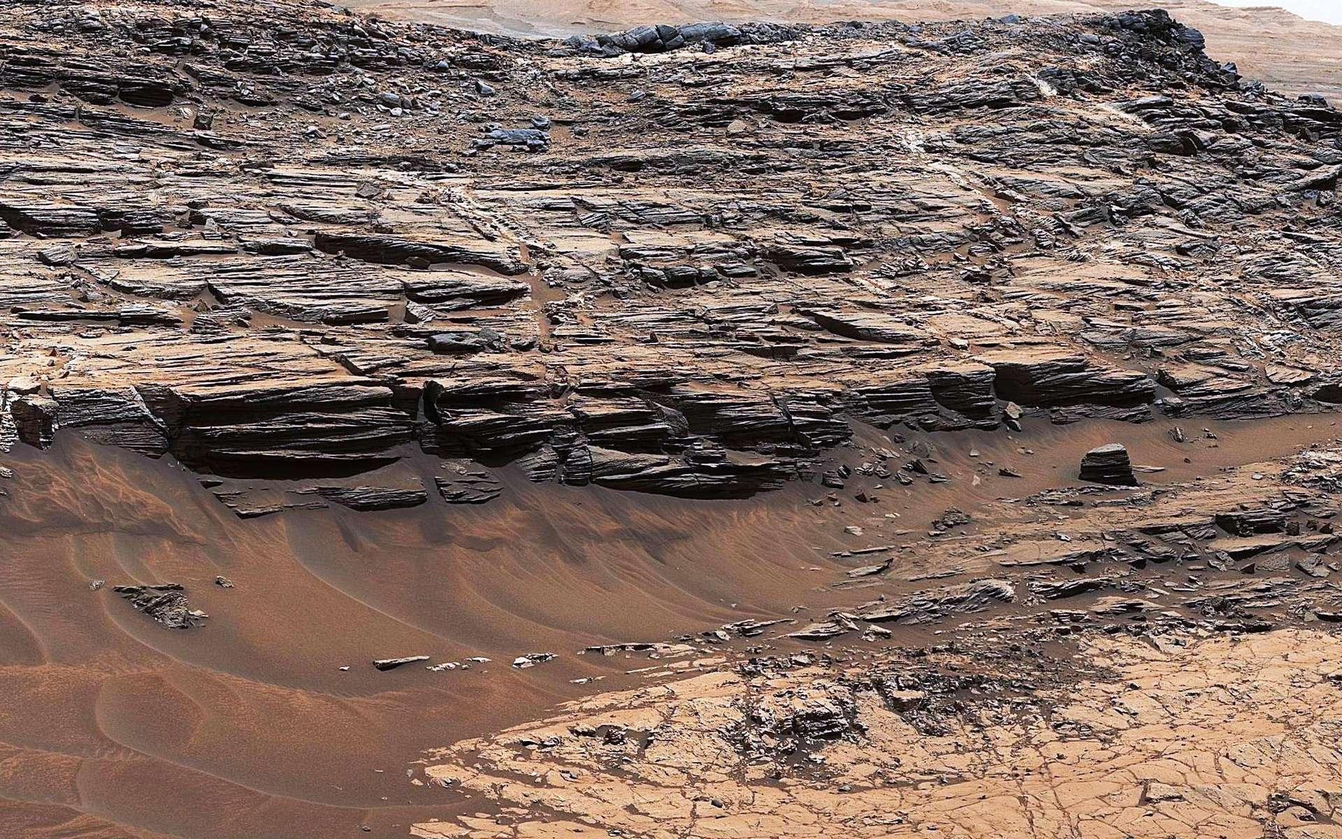 Un détail d'une image capturée sur Mars par le robot Curiosity de la NASA montrant des couches sédimentaires exposées de mudstone et de grès en contact les unes avec les autres. © Nasa / JPL-Caltech / MSSS