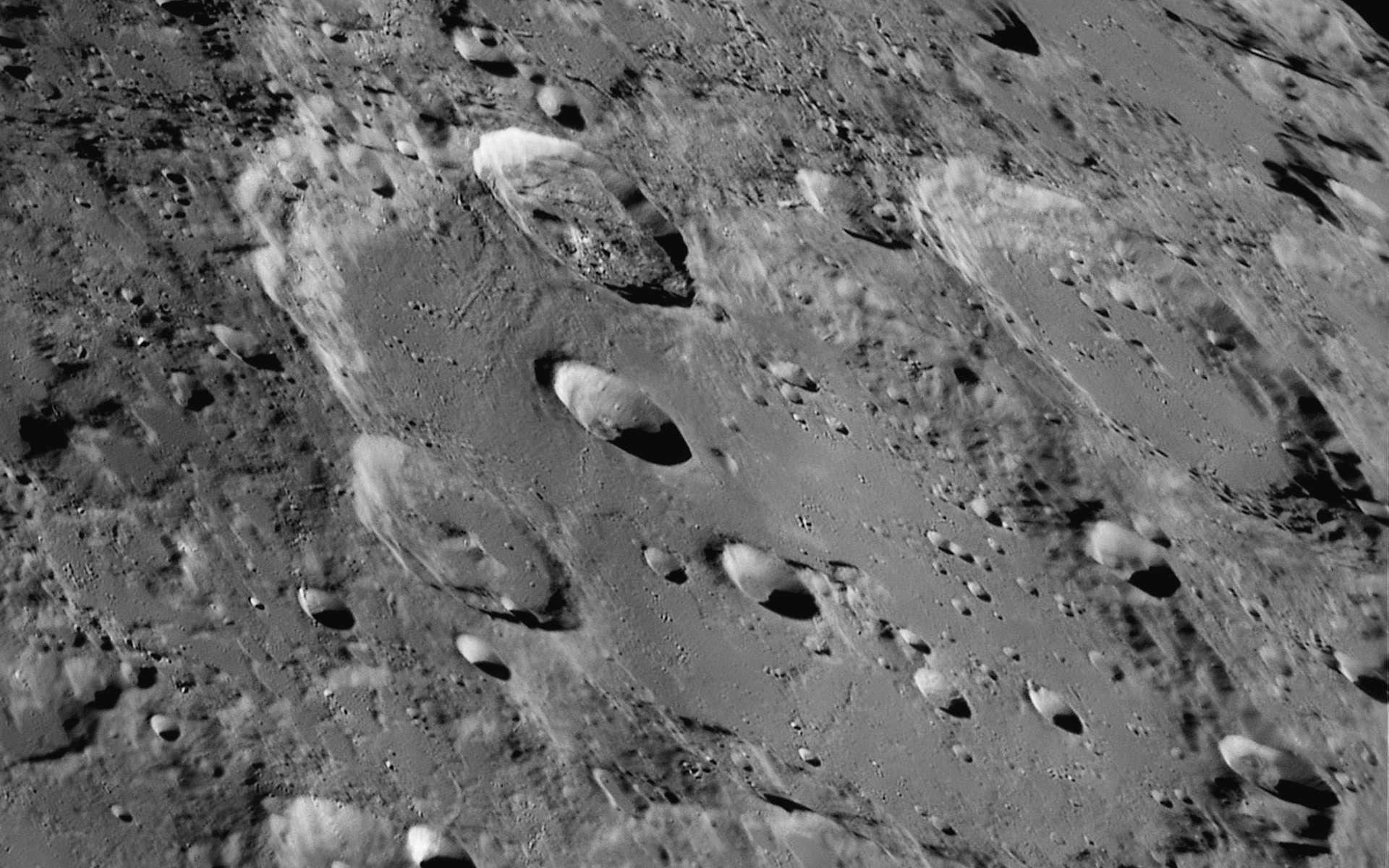 Le cratère Clavius, du nom d'un astronome et mathématicien jésuite, est l'un des plus grands cratères lunaires. Il est proche du pôle Sud de la Lune et de son terminateur. © Luc Cathala, EAPOD