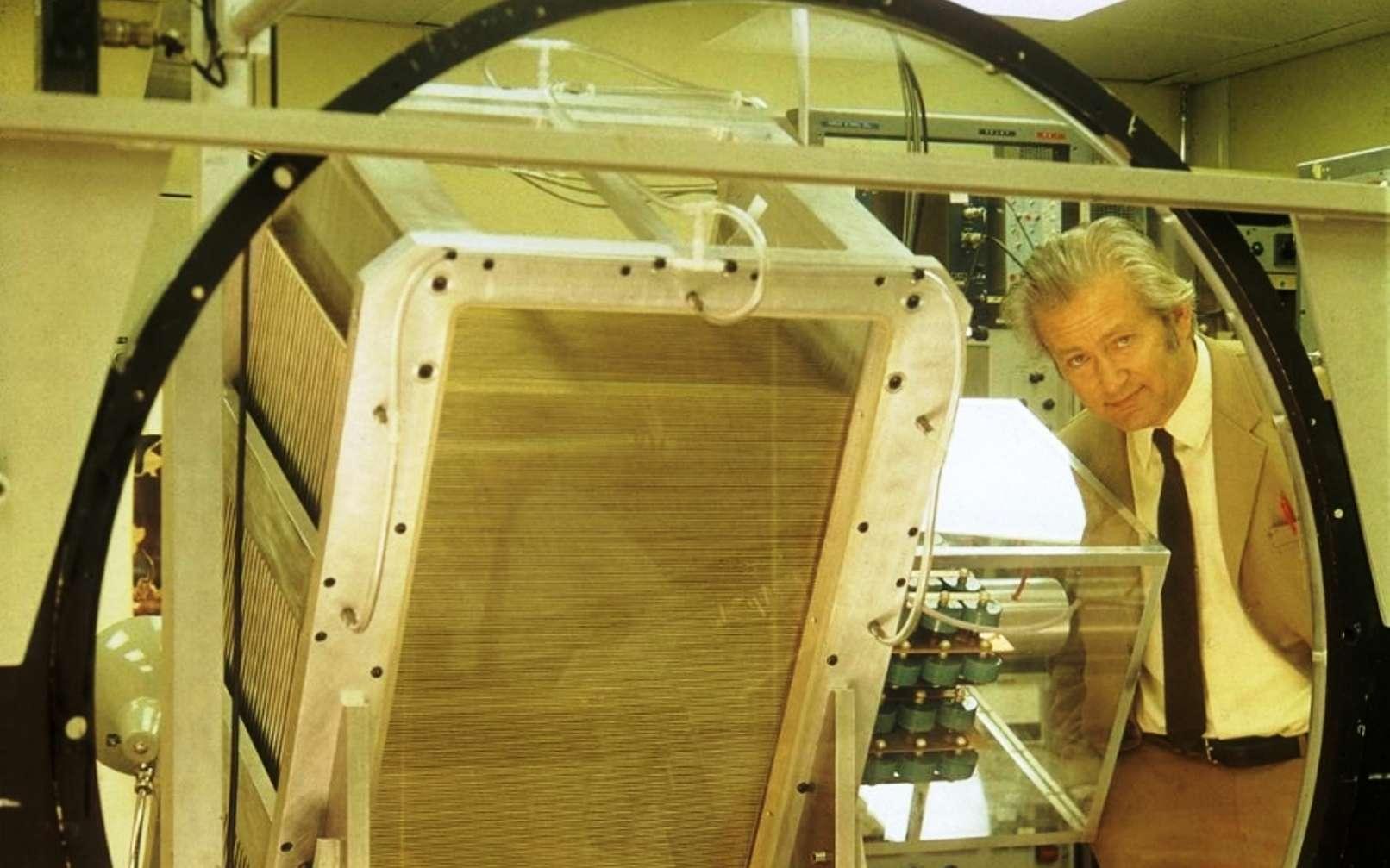 Georges Charpak, à côté d'une lentille et d'une chambre proportionnelle multifils, photographié en 1973, cinq ans à peine après la publication de l'article décrivant le nouveau dispositif. © CERN
