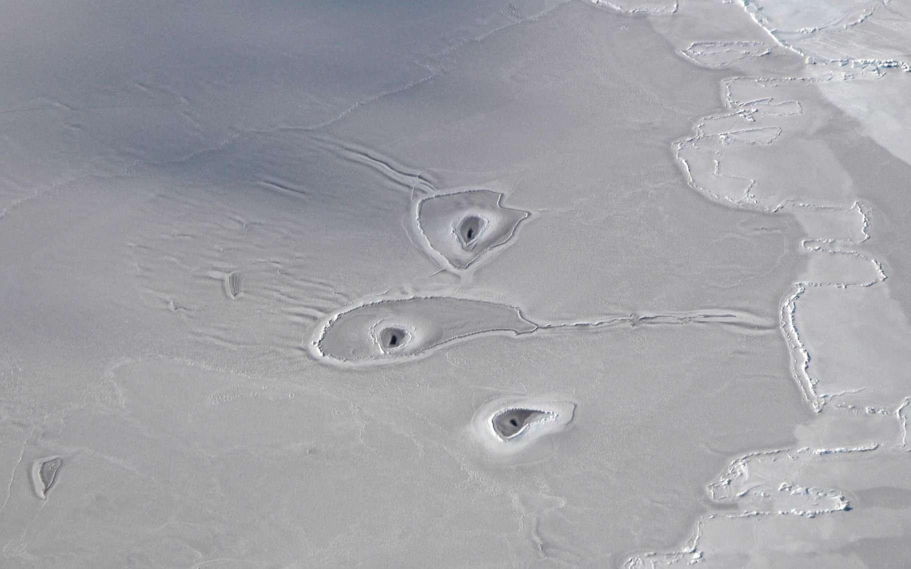 Les chercheurs de la Nasa ont découvert des trous de glace mystérieux en mer de Beaufort. © John Sonntag, Operation IceBridge, Nasa