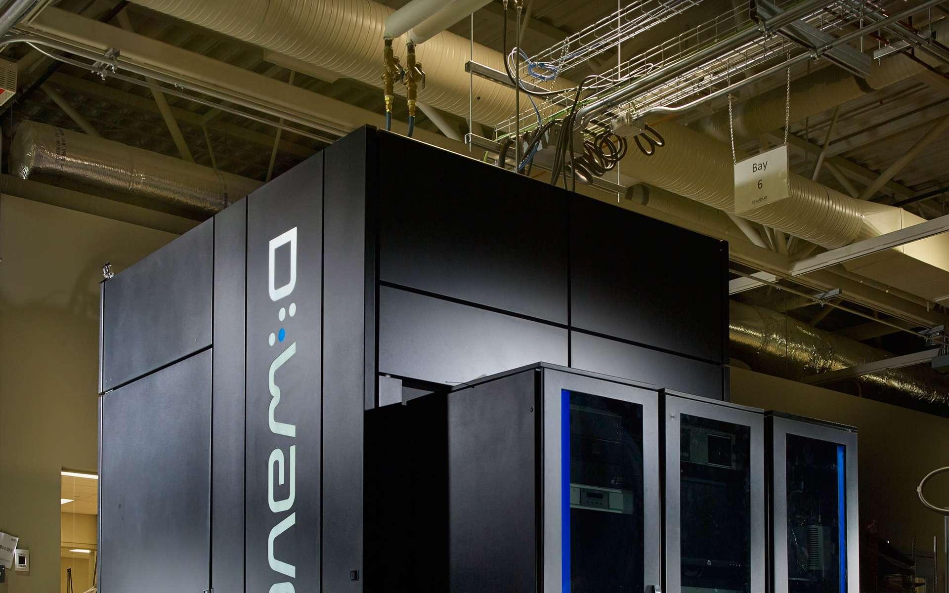 Le buzz du mois : Google est encore loin de l'ordinateur quantique miracle. D-Wave 2X, la machine construite par D-Wave Systems, semble être un authentique calculateur quantique mais elle n'est pas pour autant un ordinateur programmable. Ses performances, bien que spectaculaires, sont de plus limitées à certains problèmes mathématiques bien précis. © 2014 D-Wave Systems Inc