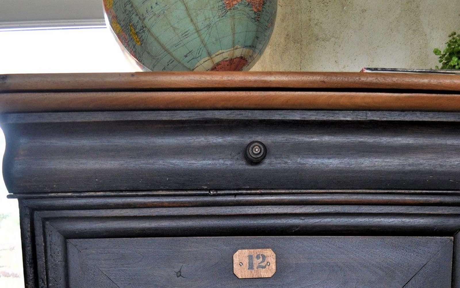 Plateau, baguette... la forme en S de la doucine offre une ligne douce et harmonieuse au mobilier. La doucine est caractéristique des meubles de style Louis-Philippe.