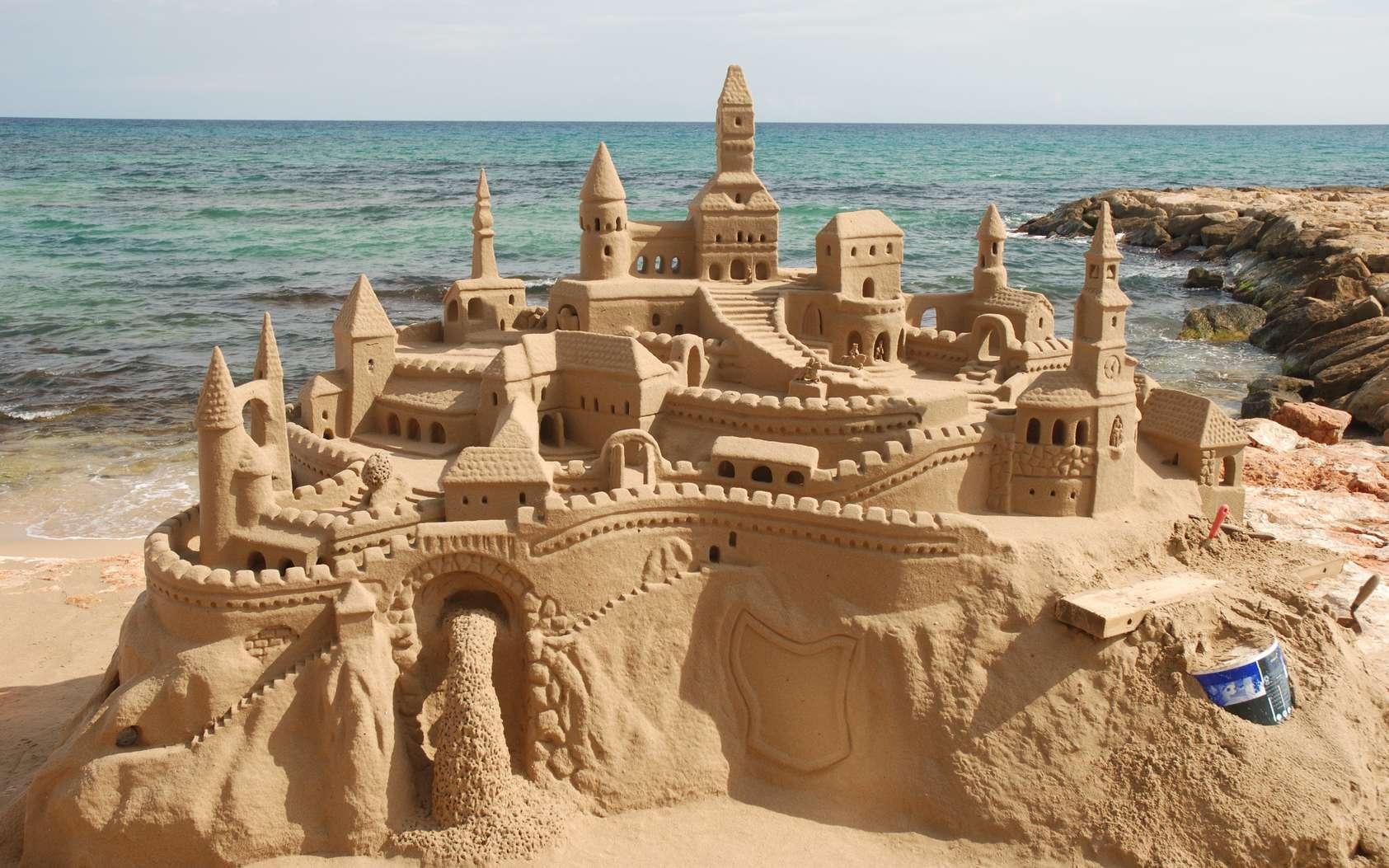 Pour construire le château de sable parfait, il ne faut pas utiliser trop d'eau et ne pas hésiter à se salir les mains. © philipus, Fotolia