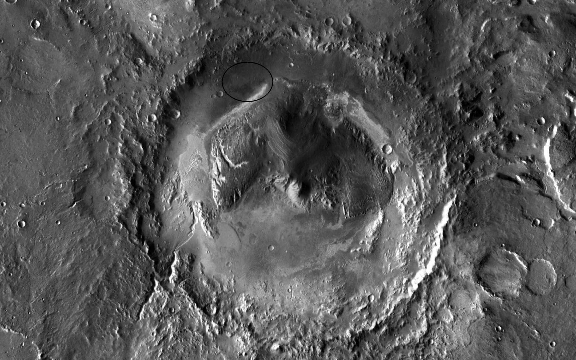 Le cratère Gale, du nom d'un astronome australien, a été choisi comme site d'atterrissage de Curiosity qui doit s'y poser en août 2012. Au centre, une montagne faite d'un empilement de couches sédimentaires composées de sulfates et argiles qui contiennent peut-être des signes d'une vie passée. © Nasa/JPL-Caltech/ASU