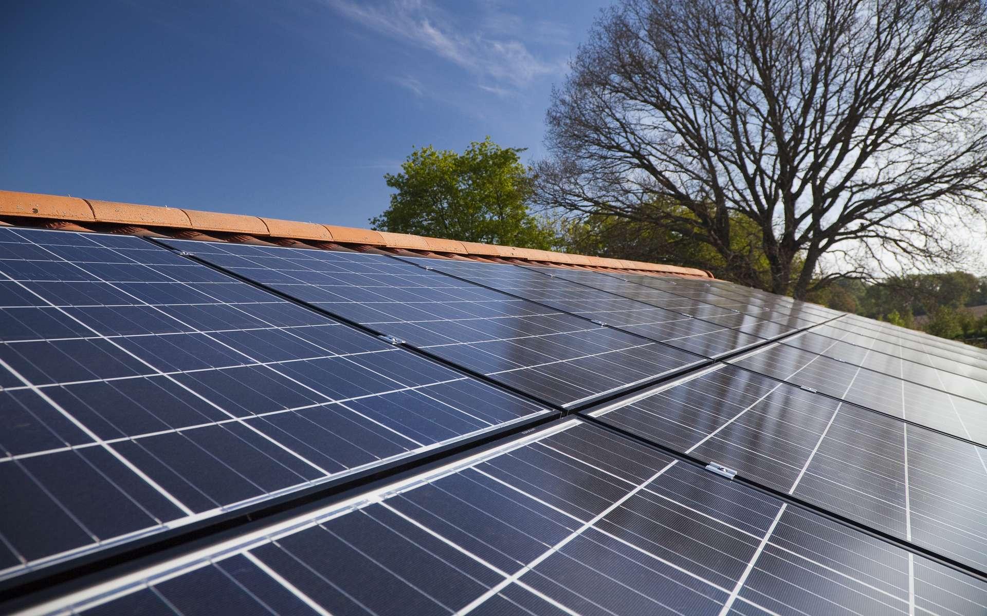 Équiper sa toiture de panneaux photovoltaïques est une bonne idée. Une démarche écologique qui a bien des avantages mais il faut s'assurer du sérieux de l'artisan pour éviter toute arnaque. © Steflemulot, Adobe Stock