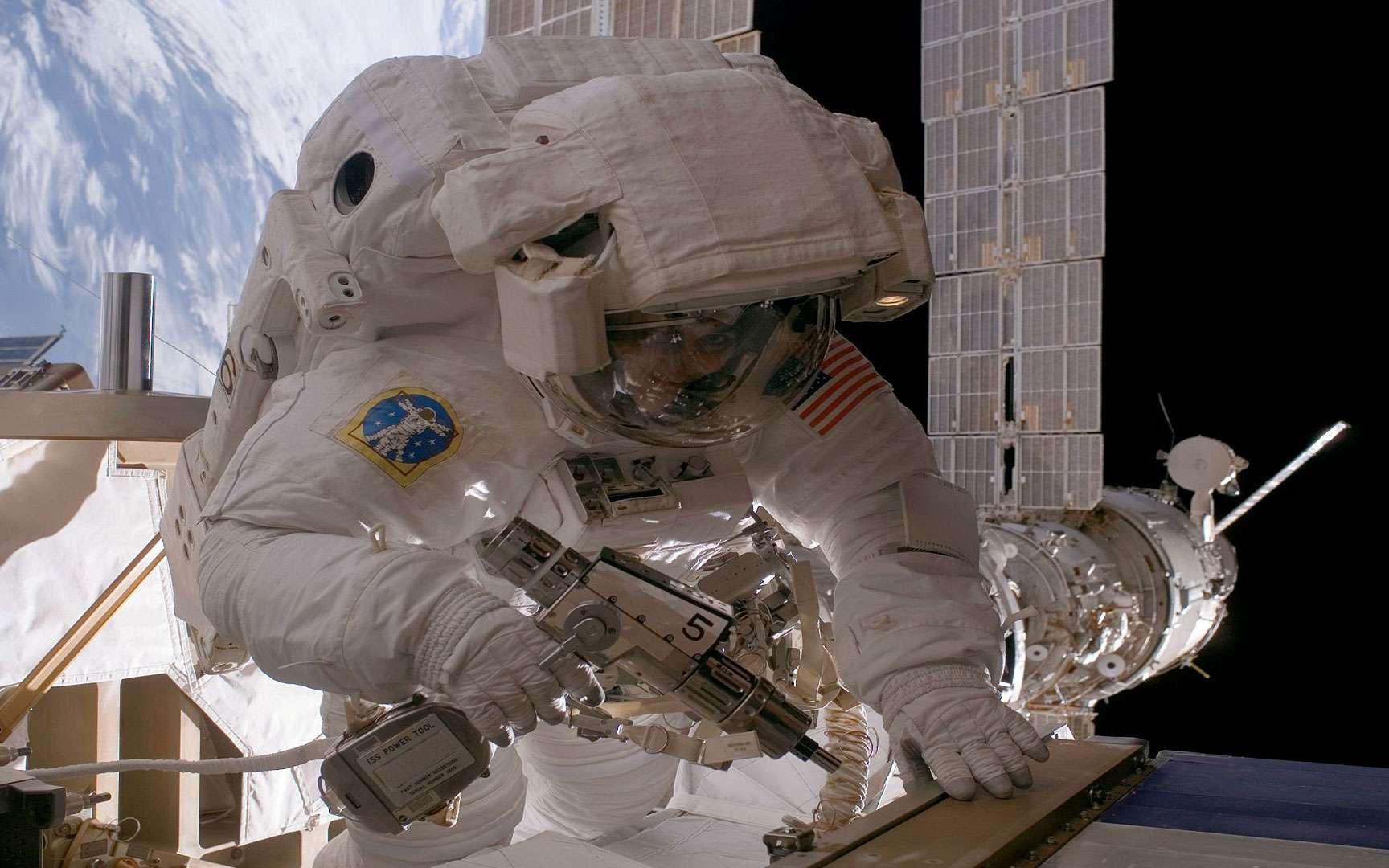 Réparations effectuées dans l'espace. Armée de ses outils, l'astronaute états-unienne Sunita Williams travaille dans l'espace pour reconfigurer l'une des deux boucles de refroidissement de la Station spatiale internationale le 31 juillet 2007. © Nasa Goddard Photo and Video