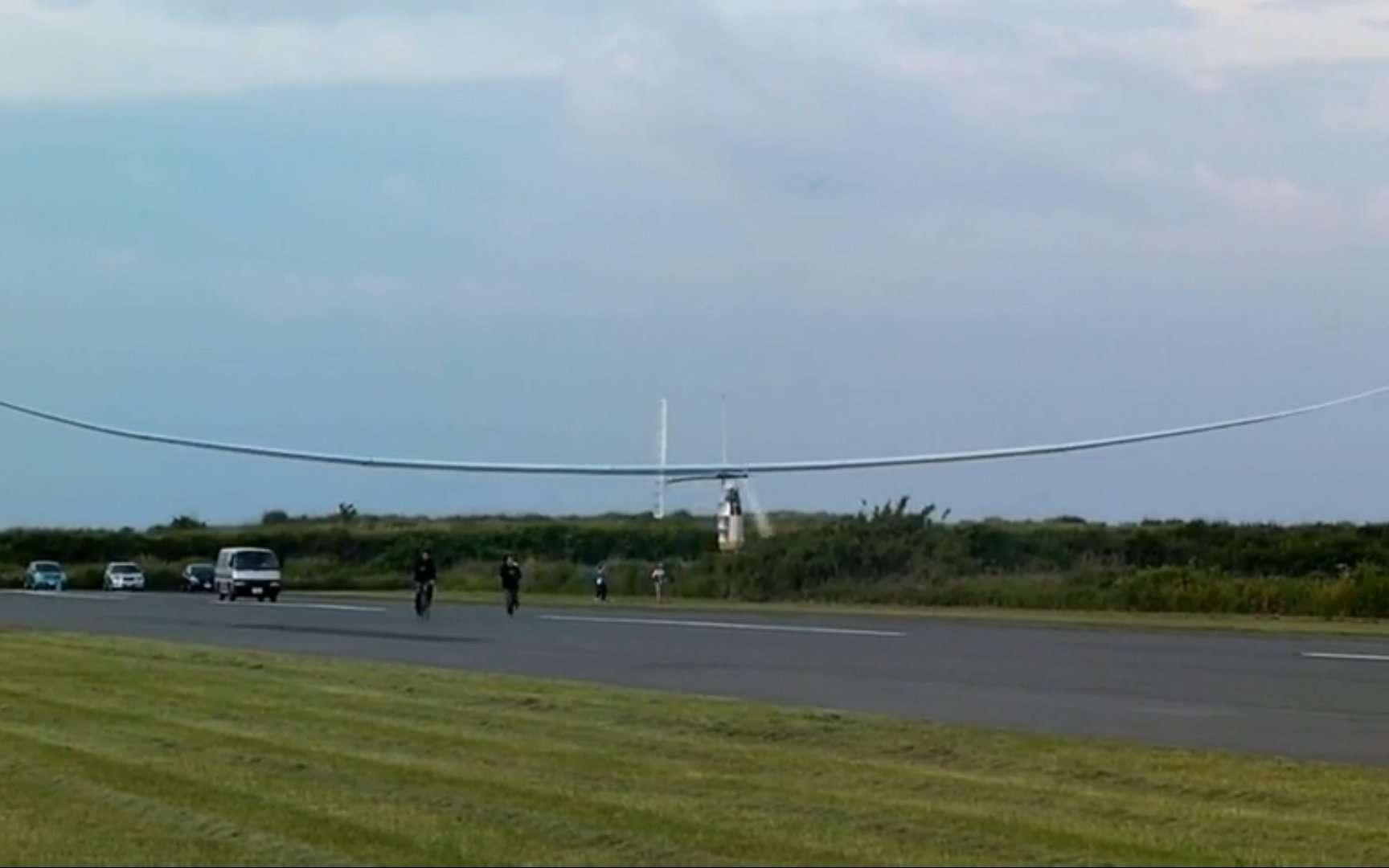 Le Gokuraku Tombo décollant lors d'un vol d'essai en 2010, mû par la seule force musculaire. © Aeroscepsy, Yamaha