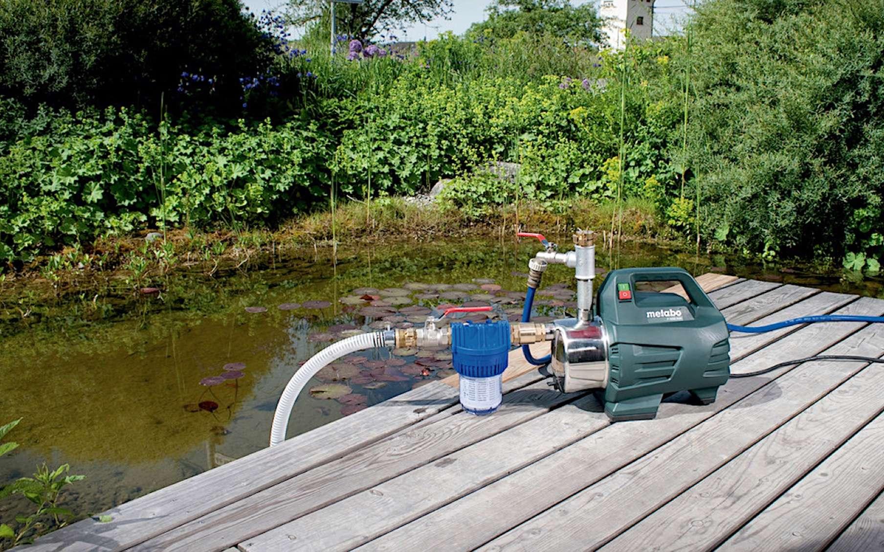 Les indices de protection sont attribués aux équipements électriques utilisables en intérieur ou en extérieur. Une pompe de surface, comme celle-ci, affiche en général un IP 55 : protection contre les poussières et les jets d'eau. © Metabo