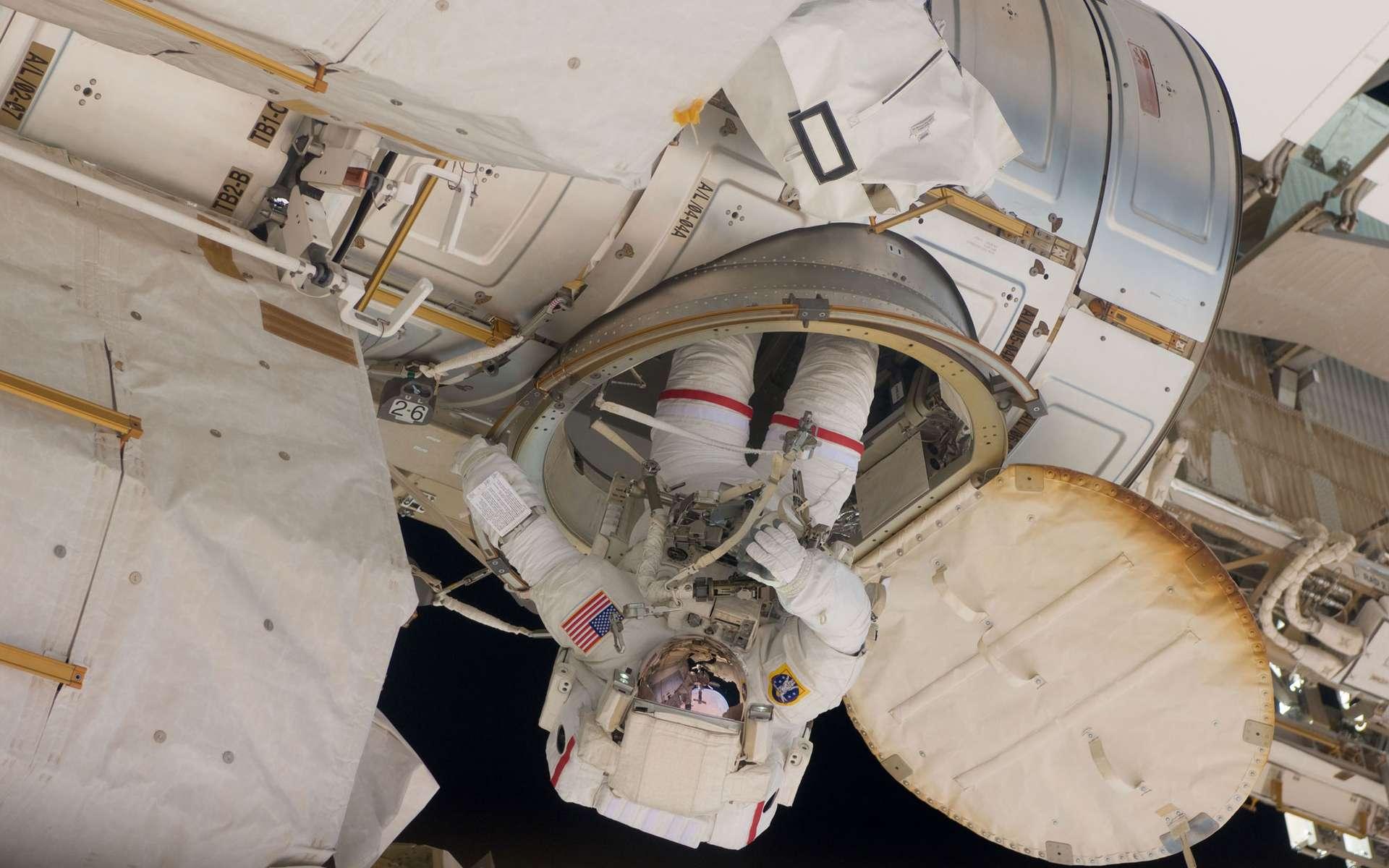 L'actuel sas de sortie dans l'espace de la Station spatiale internationale. Ici, l'astronaute Andrew Feustel réintégrant la station après une sortie dans l'espace. Une structure gonflable rendrait les mêmes services, pour une masse bien plus faible. © Nasa