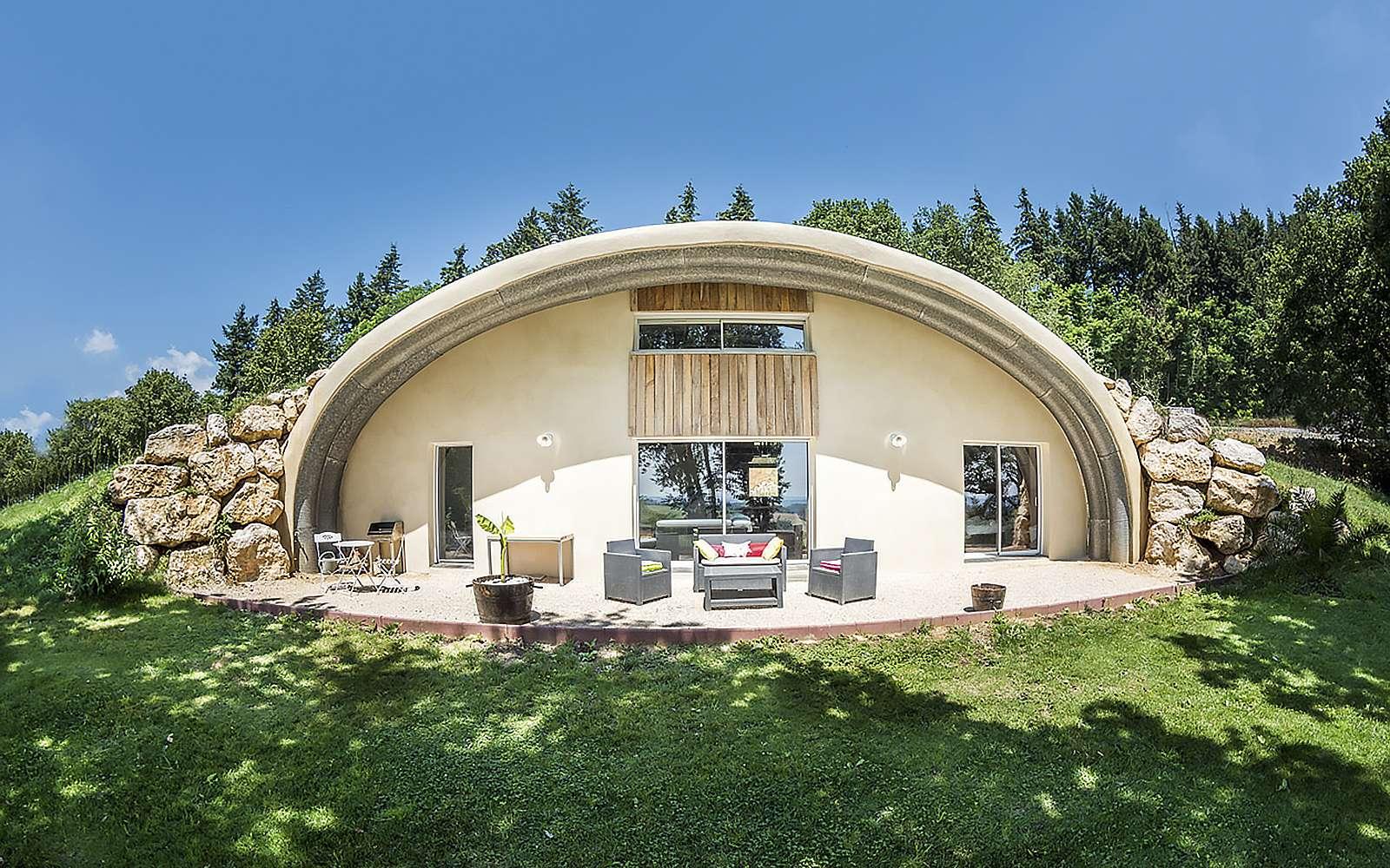 La maison Hobbit semi-enterrée. © Photographie Courtesy of NaturaDome