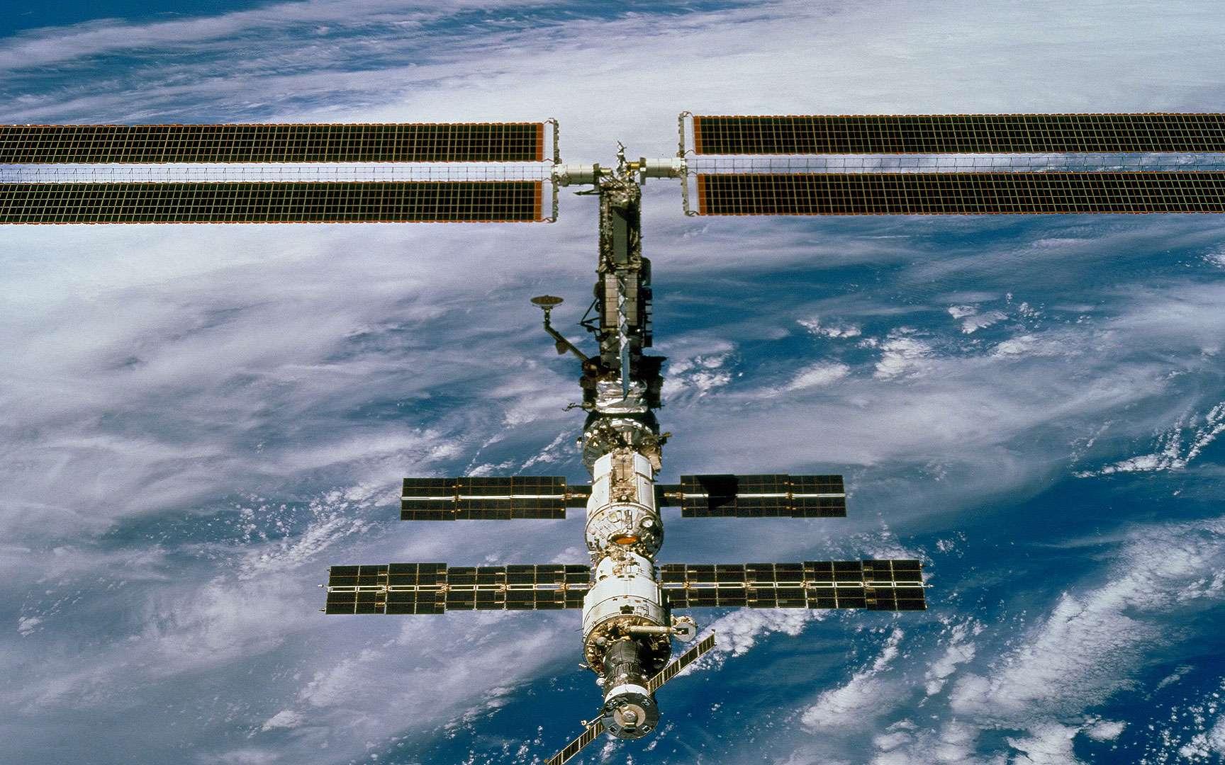 Décembre 2000 : la poutre P6 qui supporte les 2 grands panneaux solaires. La station en décembre 2000 avec la section de poutre P6 et son jeu de panneaux solaires. Crédit Nasa