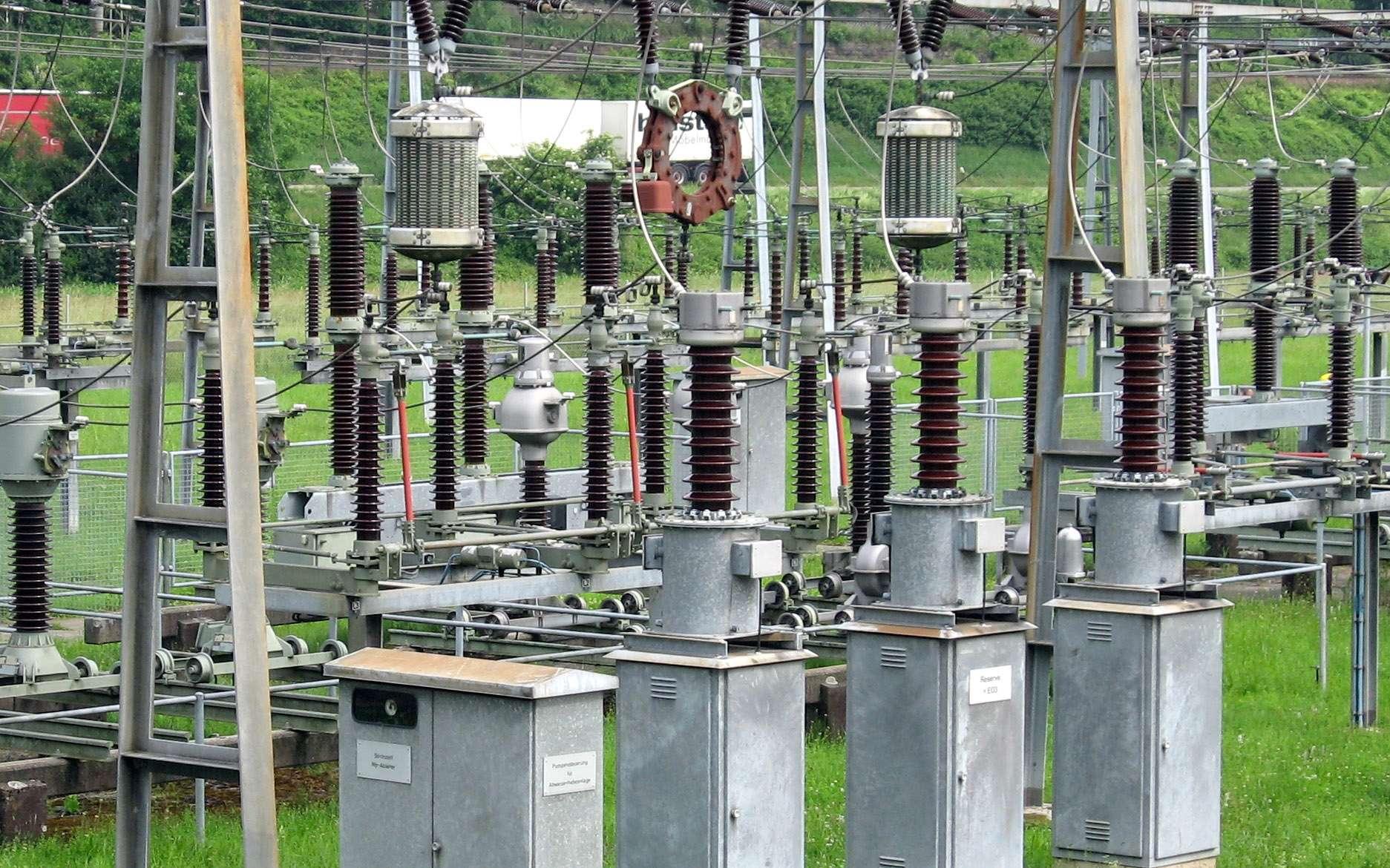 Powerline est un courant porteur en ligne. Ici, une installation de powerline sur un poste électrique. © LittleJoe, CC BY SA 3.0, Wikipedia Commons