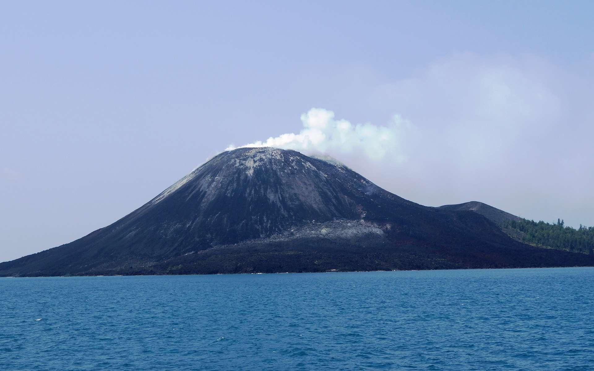 Une vue de l'Anak Krakatau, il y a quelques années alors qu'il était presque paisible. © Lord Mountbatten, Wikipédia, cc by-sa 3.0