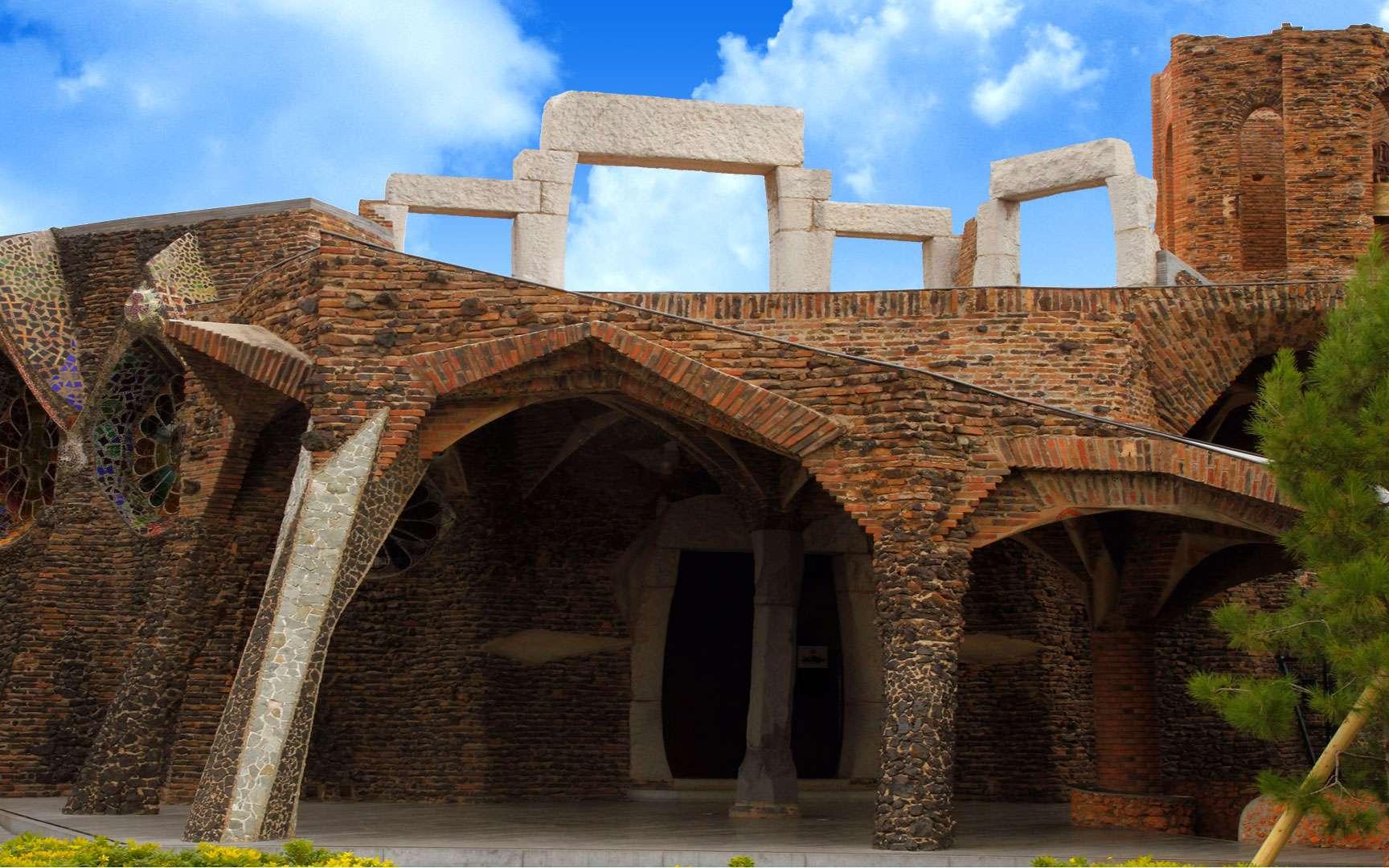 À quelques kilomètres de Barcelone se dresse l'une des œuvres les plus méconnues d'Antoni Gaudi : la crypte de la Colonie Güell. Son histoire est étonnante.À l'origine, du projet, la volonté d'Eusebi Güell d'offrir quelques avantages aux ouvriers de son usine textile. C'est à Gaudi que revient la lourde tâche d'imaginer l'église de la colonie. L'architecte moderniste réfléchit pendant des années aux solutions audacieuses qu'il va y incorporer. Son idée : bâtir une église à deux nefs, inférieure et supérieure. Une église coiffée de tours latérales et d'un dôme de pas moins de 40 mètres de haut. Mais la construction est stoppée lorsque Eusebi Güell tombe malade en 1914.Seuls, la nef inférieure et le portique d'entrée ont pu être achevés et le monument est alors qualifié de crypte. Malgré tout, cette œuvre est considérée, par sa complexité, comme l'une des plus importantes de Gaudi. © Pepe Manteca, Wikimedia Commons, CC by-NC 2.0