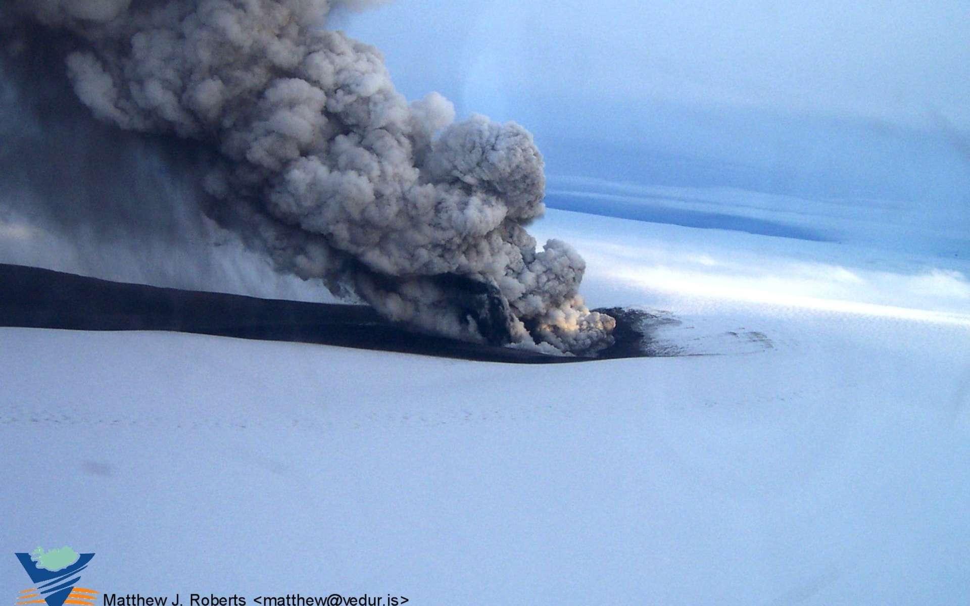 Le Grímsvötn est un volcan d'Islande situé sous la calotte glaciaire du Vatnajökull. On voit sur cette image son éruption en 2011. © Icelandic Met Office