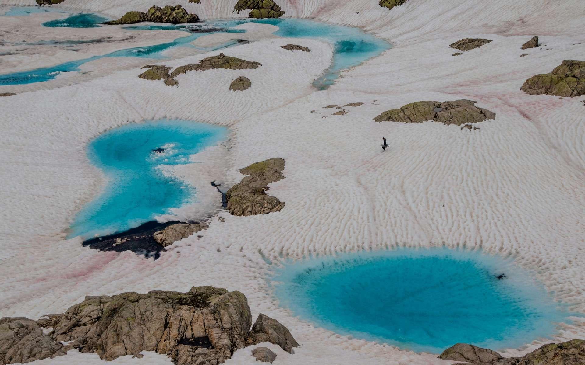 « En route pour l'exploration d'un lac de montagne. Dans les lacs de haute montagne, les conditions de vie sont extrêmes. Gelées la majeure partie de l'année, leurs eaux ne se libèrent de l'emprise de la glace que le temps d'un court été. »© Rémi Masson, tous droits réservés