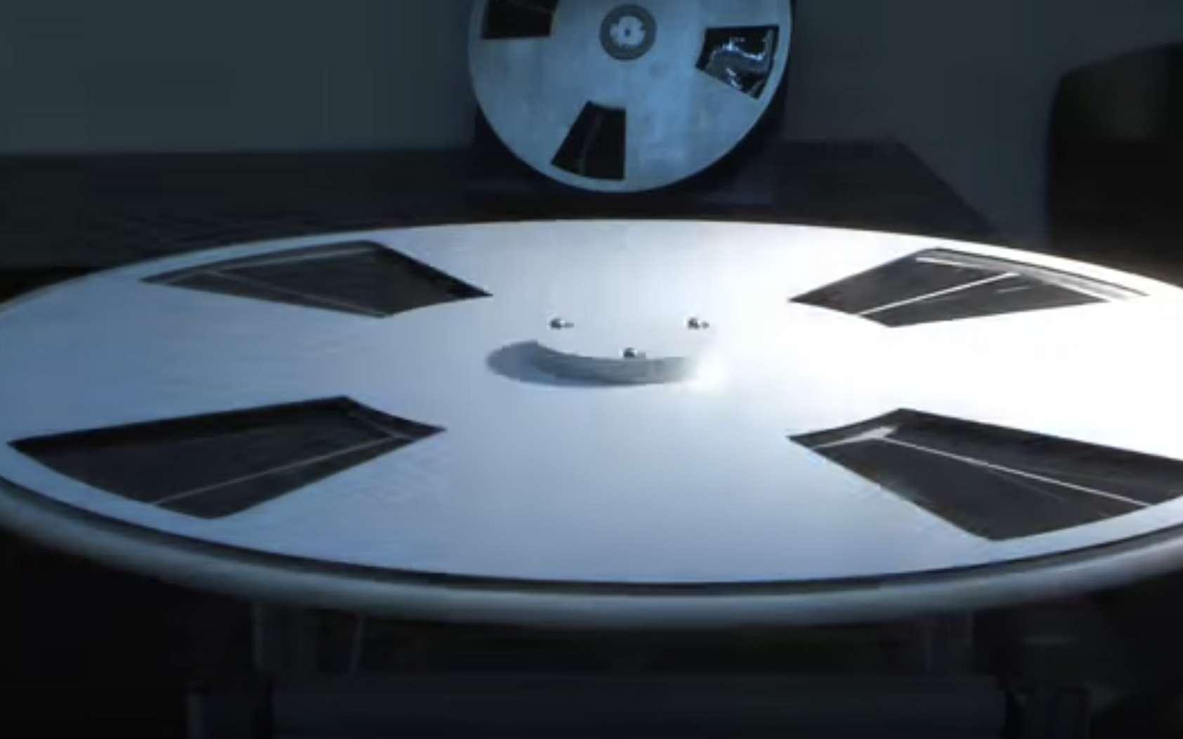 Cet objet conçu par la start-up Saurea et qui ressemble à une soucoupe volante est un moteur solaire. Son axe se met à tourner quand on l'expose au soleil. © Saurea