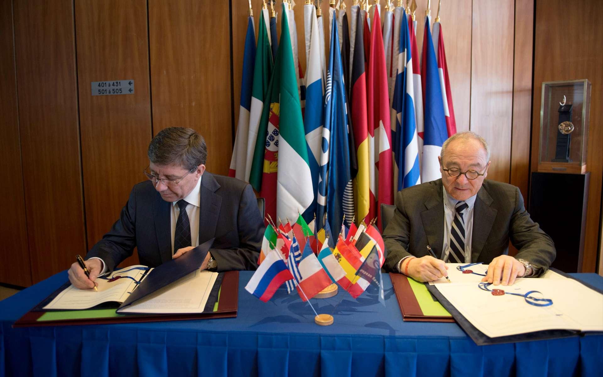 Signature de l'accord officiel de partenariat portant sur le programme ExoMars entre le Jean-Jacques Dordain, directeur de l'Esa (à droite), et Vladimir Popovkin, celui de Roscosmos. © Esa