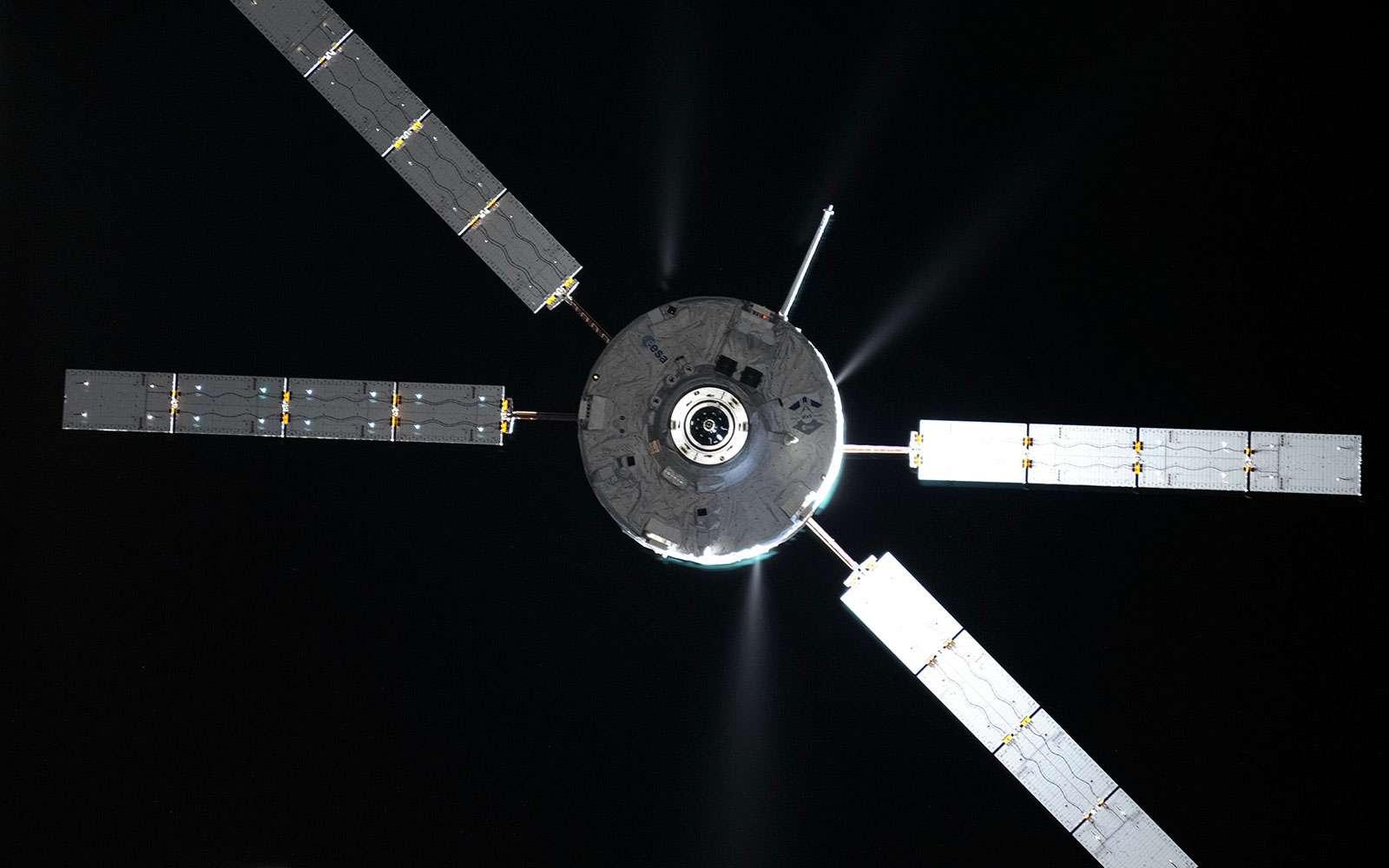 L'ATV-5 Georges Lemaître manœuvrant à proximité de la Station spatiale internationale avant de s'y amarrer (juillet 2014). © Roscosmos, O. Artemyev
