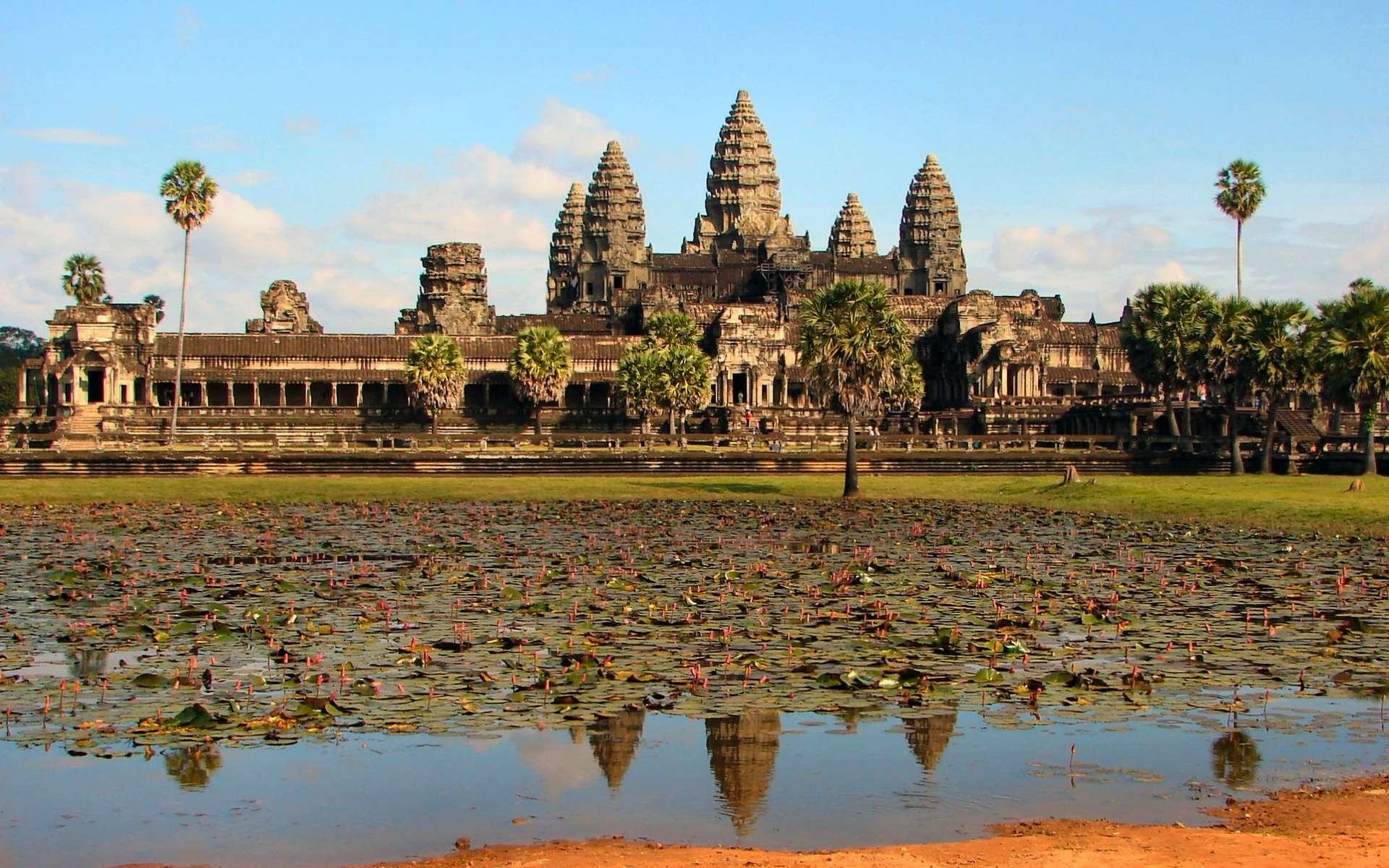 Les temples d'Angkor (ici Angkor Vat) sont célèbres et bien étudiés. Tout autour s'étendaient des cités de grandes tailles, abritant des activités variées, dont les constructions en matériaux végétaux ont été détruites, ou camouflées par la jungle, après le départ inexpliqué de leurs habitants. © Bjørn Christian Tørrissen, Wikipédia, GNU 1.2
