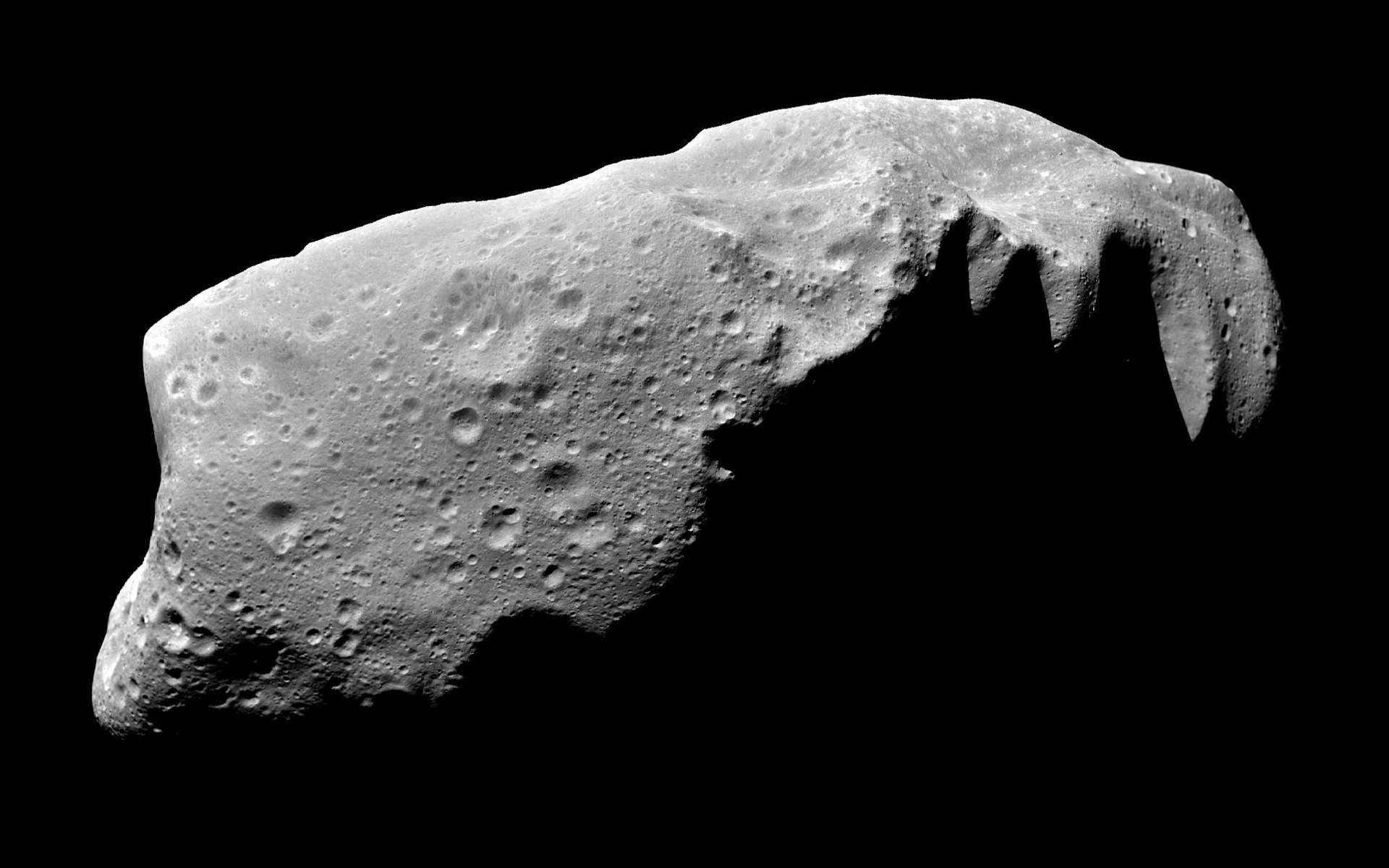 L'astéroïde 243 Ida tel qu'il a été photographié en 1993 par la Nasa lors de son survol par la sonde Galileo. Il ne s'agit heureusement pas d'un géocroiseur et il fait partie de la ceinture principale d'astéroïdes. © Nasa