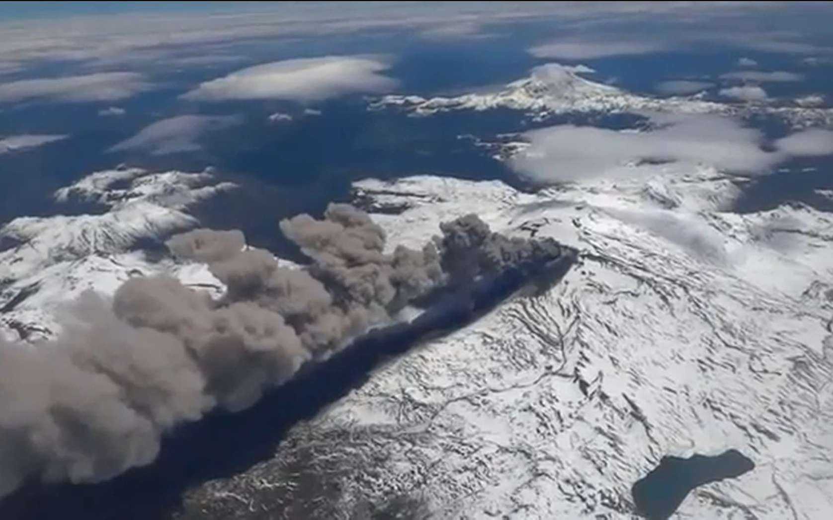 Le volcan Copahue a commencé à s'activer le dimanche 26 mai. Une alerte similaire avait eu lieu le 24 décembre 2012. Les volcanologues sont sur le qui-vive, car l'activité sismique suggère la survenue d'une éruption massive. © Capture d'écran, Jorge Aranda, YouTube
