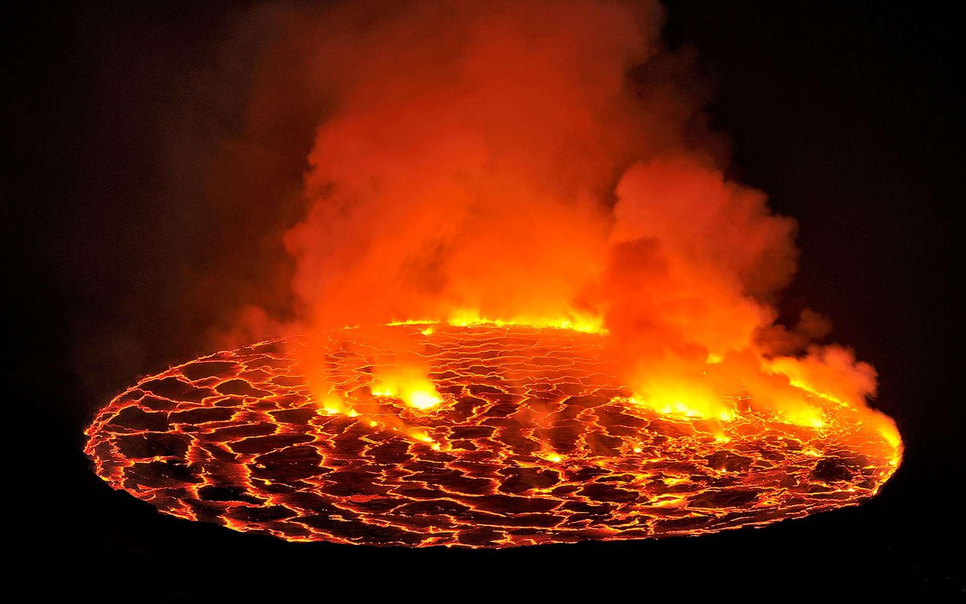 Avec ses 250 mètres de large, le lac de lave du Nyiragongo en RDC est le plus grand de la planète. En 1977 puis en 2002, il s'est vidangé et les coulées de lave ont détruit une partie de la ville de Goma au pied du volcan. © Olivier Grunewald, DR
