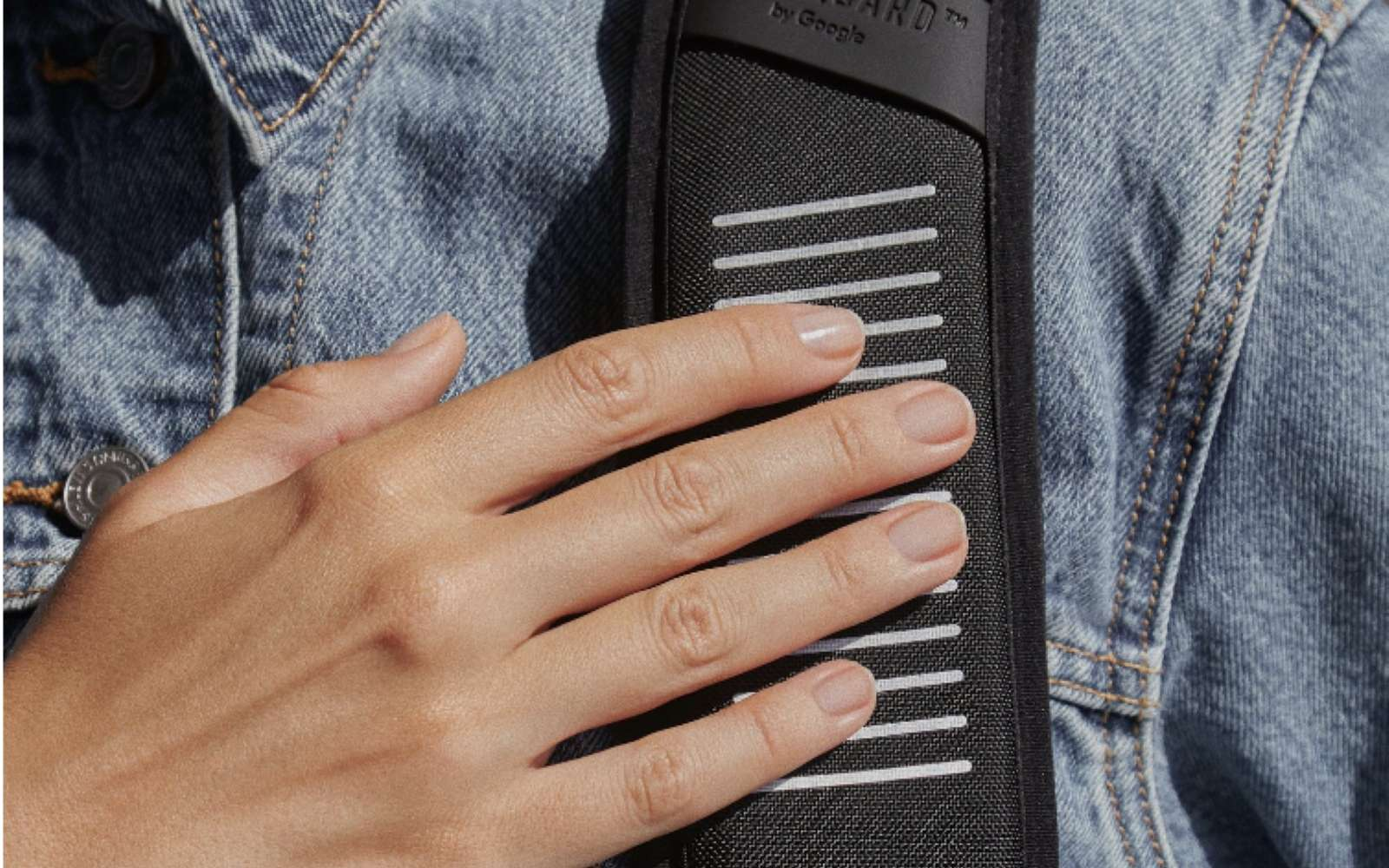 Connecté en Bluetooth avec le smartphone, le dispositif se cache dans la sangle du sac à dos. © Samesonite, Google