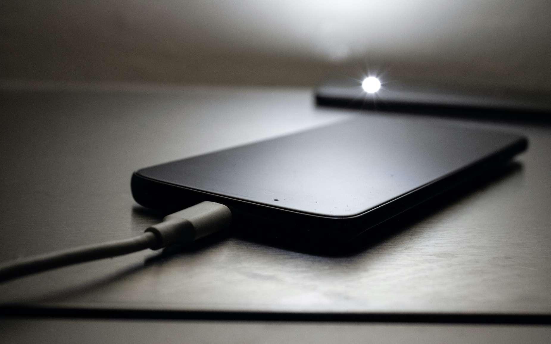 Environ 40 minutes pour recharger un smartphone à 100 %. Sans fil. © Victor, Adobe Stock