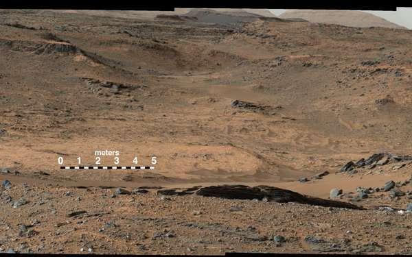 Pahrump Hills, le point d'entrée du mont Sharp (indiqué par l'échelle). © Nasa/JPL-Caltech/MSSS