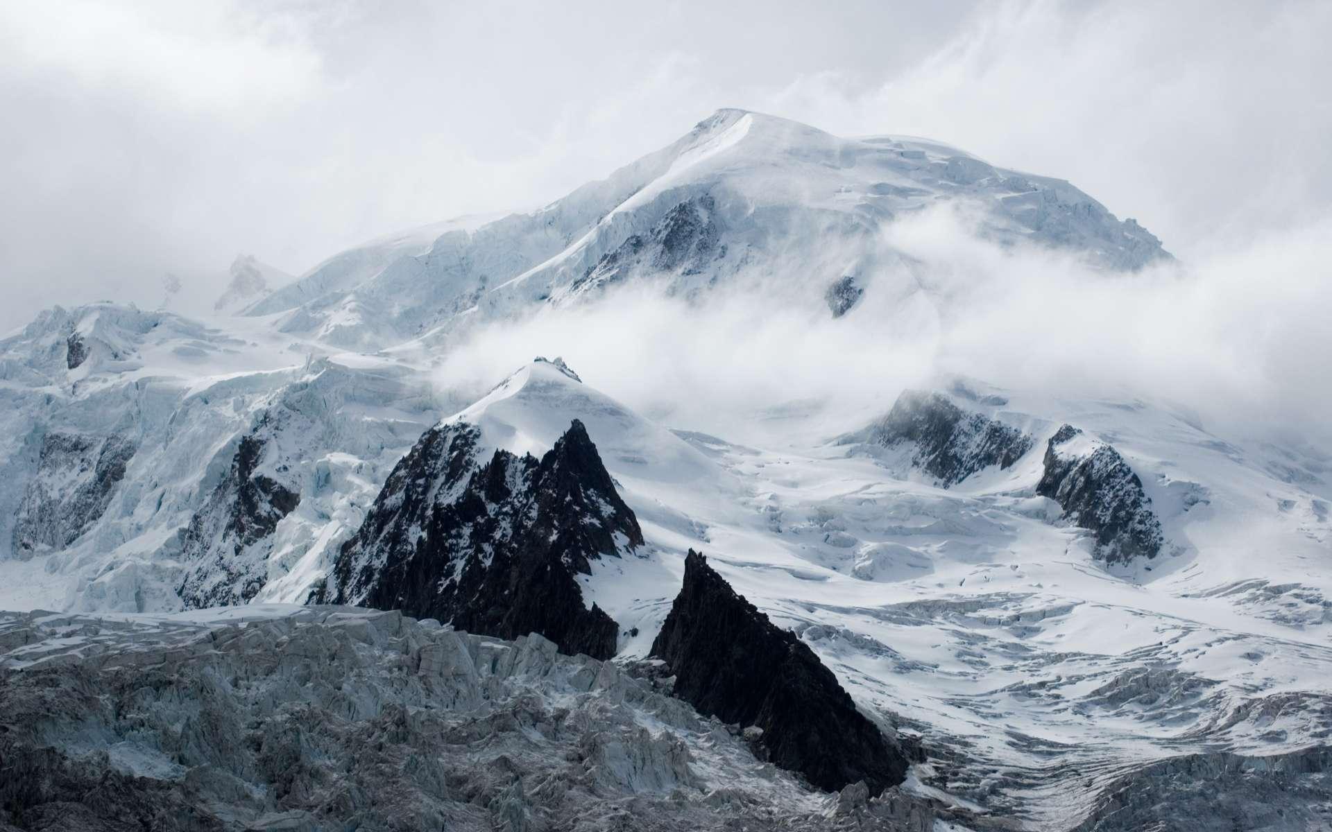 Le glacier du col de Dôme, l'un des massifs du Mont-Blanc, culminant à 4.300 m d'altitude, a conservé les traces de pollution de l'activité romaine durant l'Antiquité. © Alexandre Buisse, Wikimedias Commons, by-sa 3.0