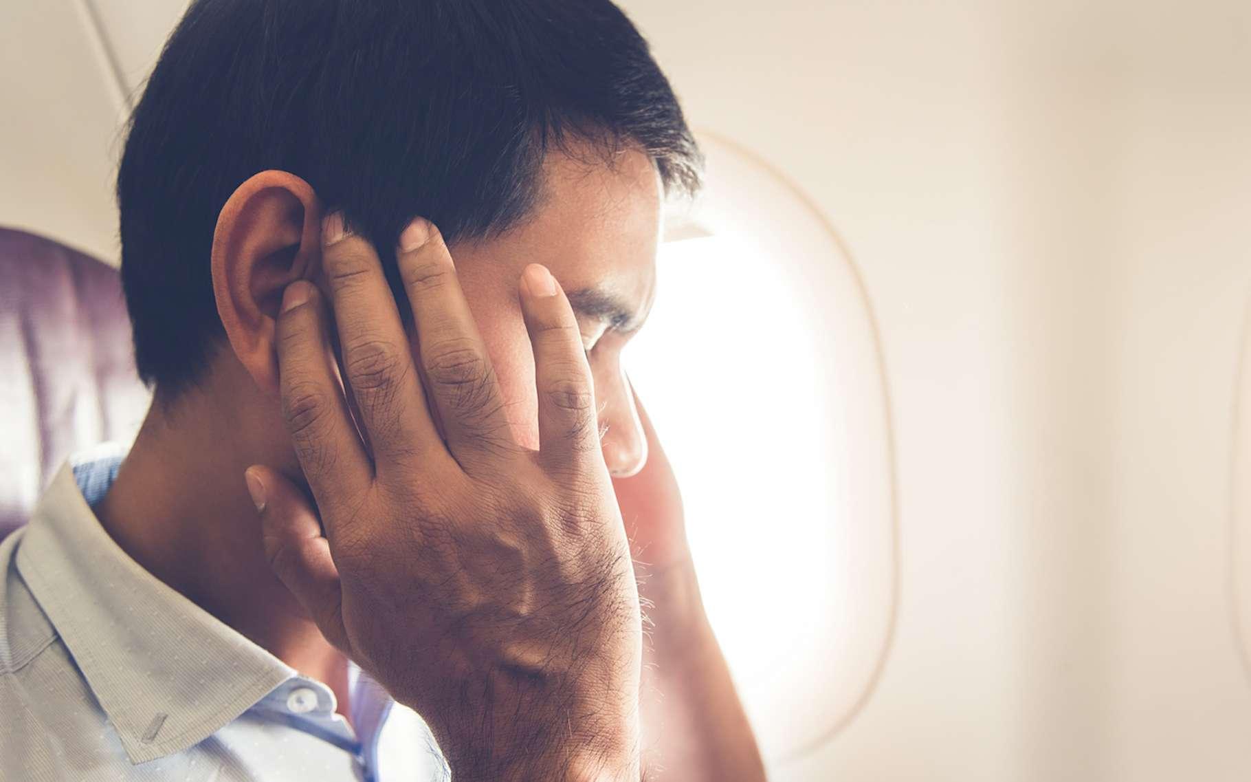 Prendre l'avion lorsque l'on souffre d'une otite est extrêmement douloureux. Et cela peut provoquer une déchirure du tympan. © kritchanut, Fotolia